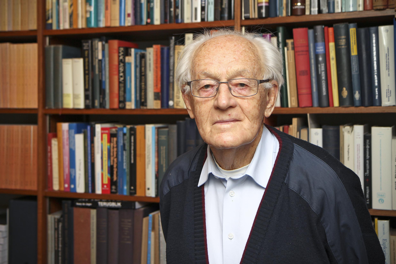 Hij is al 99 jaar en kwakkelt een beetje met zijn gezondheid. Toch schreef professor Kees de Jager een nieuw wetenschappelijk boek. Het gaat over zonneactiviteit