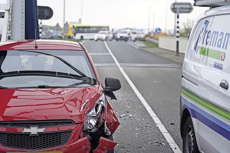 N99 afgesloten door ongeluk bij Van Ewijcksluis; geen verkeer richting Afsluitdijk