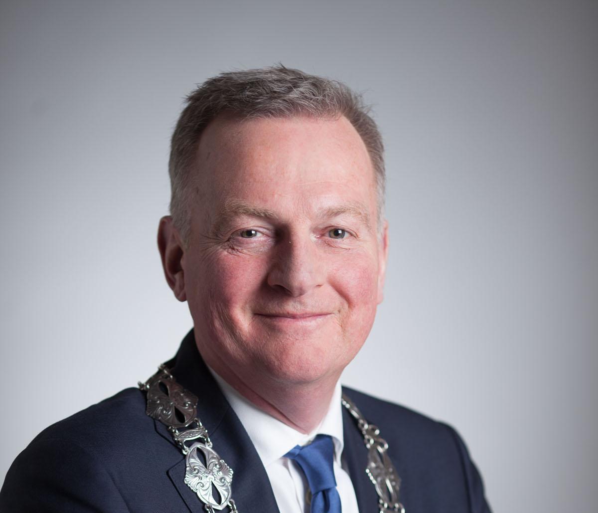 Velsense burgemeester verontrust over coronabesmettingen: klachten over afstand houden in supermarkten, ook kritiek op gang van zaken in lokale horeca [video]