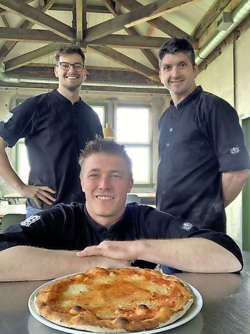 Zaanse koks geven lesje pizzabakken via Zoom: 'Thuis hebben mensen meer rust dan in een groep'
