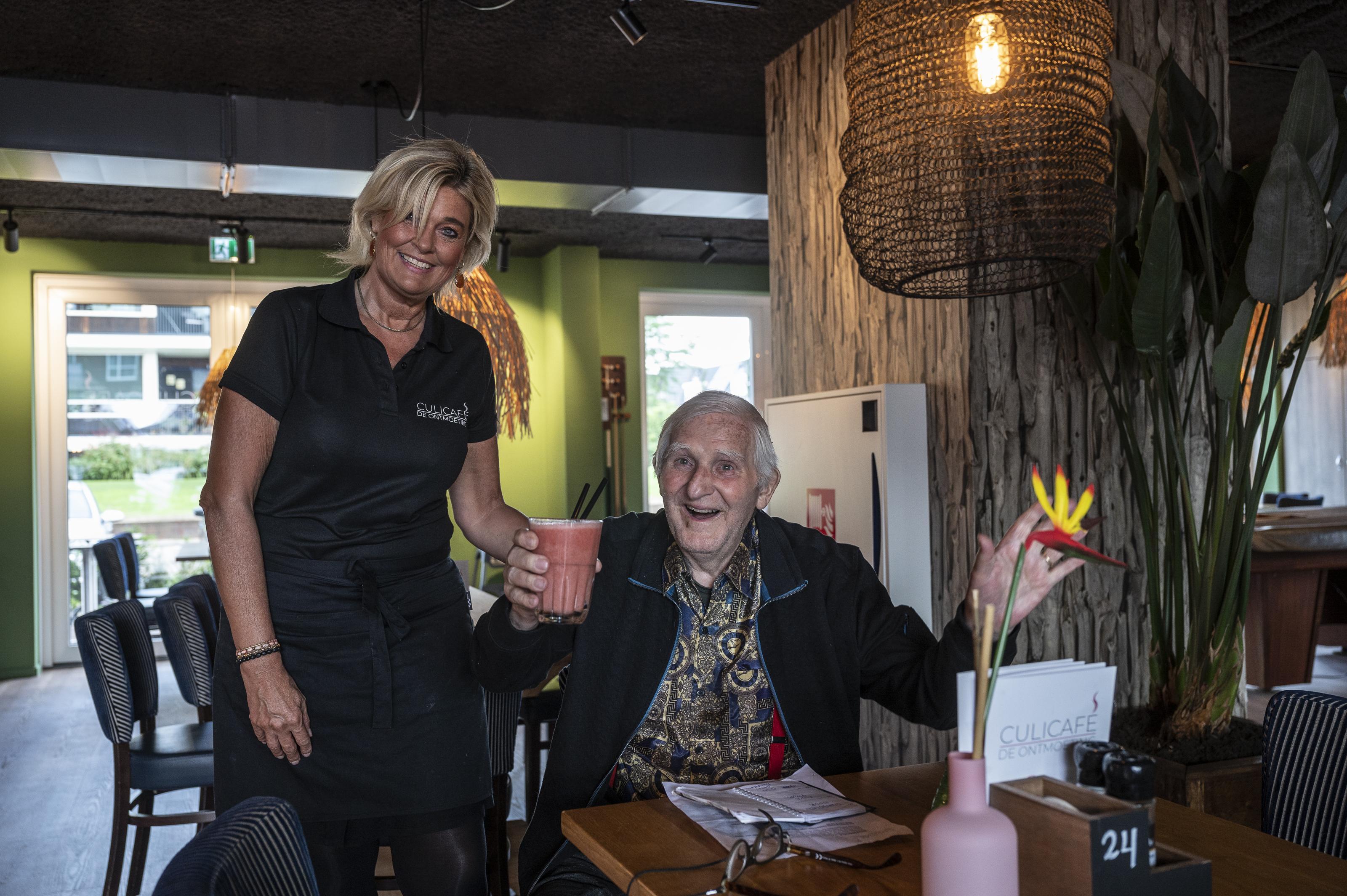 De 'huiskamer' van de Broeckgouw in Volendam begint al een beetje te bruisen. Stamgast Mathieu (87): 'Het zijn allemaal vrienden hier'