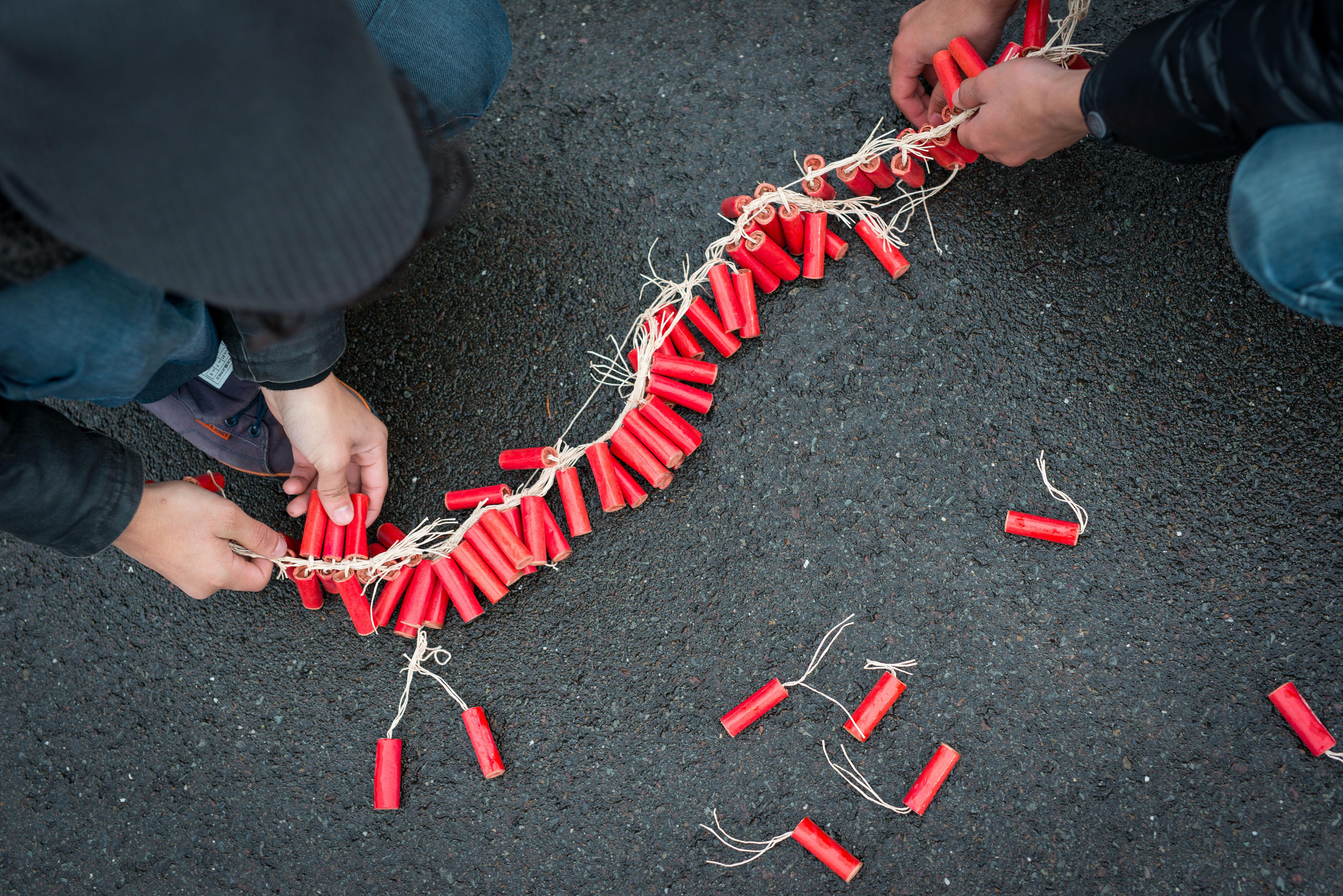Zestien kilo illegaal vuurwerk gevonden in woning Wognum. Bewoner (24) is aangehouden