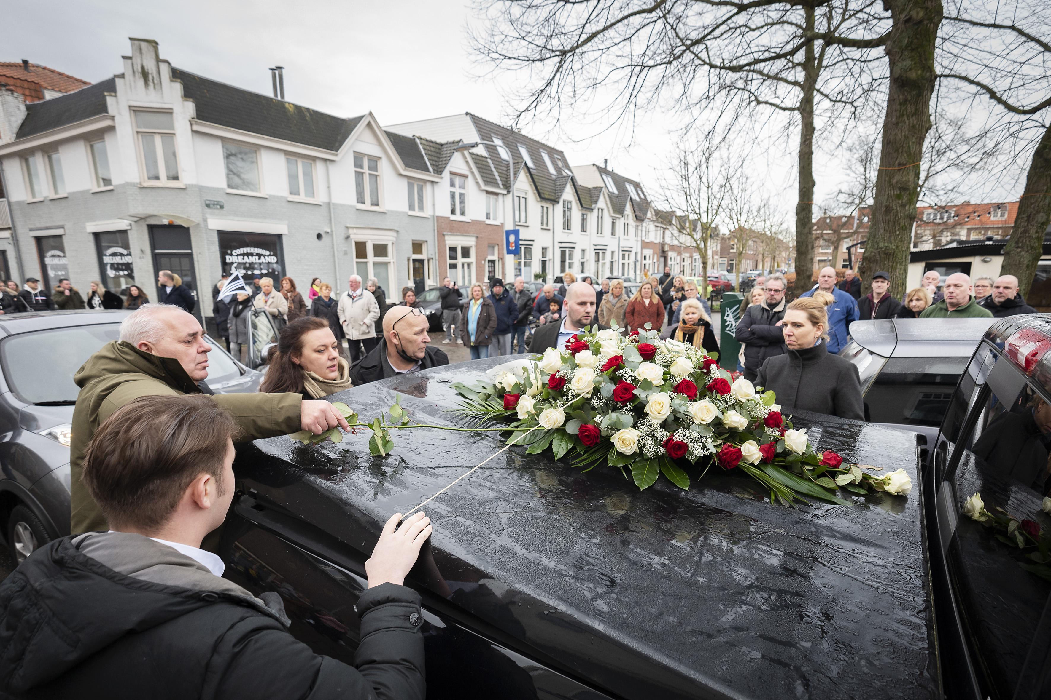Laatste groet aan 'tante Bep' van snackbar 't Pleintje, hele generaties haalden in Haarlemse Leidsebuurt patat bij haar en Piet