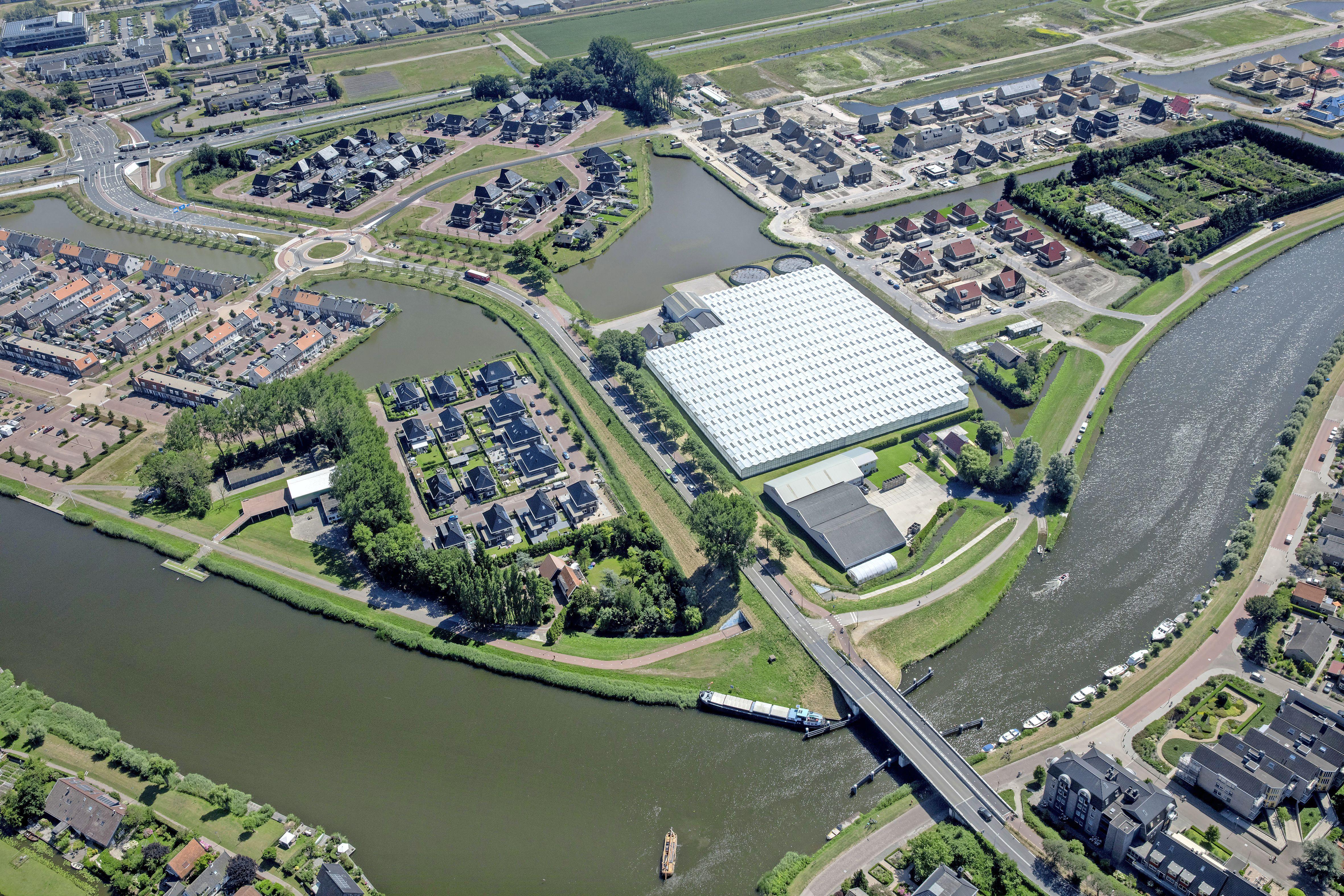 Einde aan levensgevaarlijke situatie op de Westdijk in Heerhugowaard. Er komt eenrichtingsverkeer voor lage auto's. In 2018 kwam er nog een motorrijder om het leven