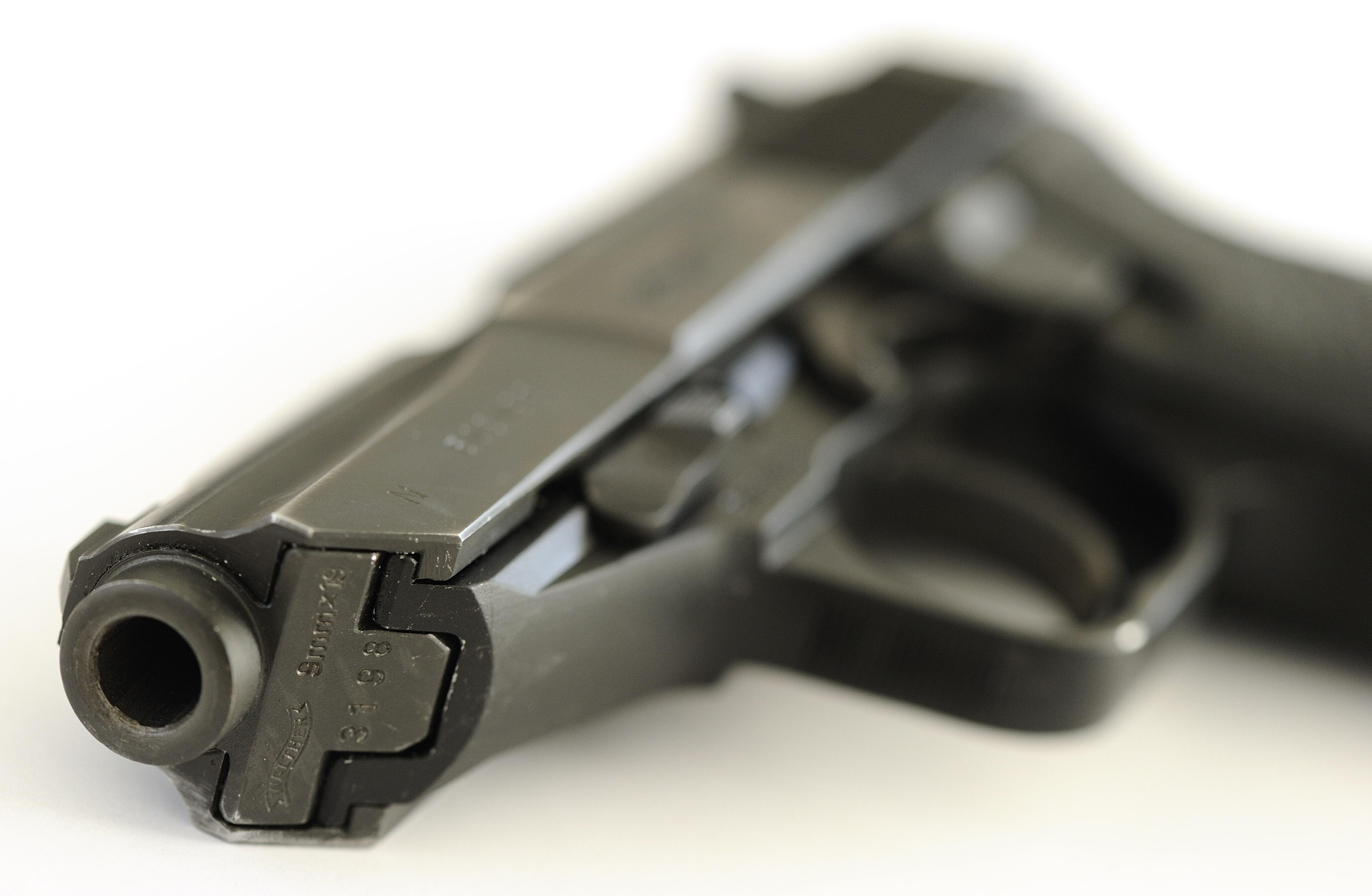Agent vindt vuurwapen, drugs en groot geldbedrag in auto van mannen uit Hoorn en Medemblik