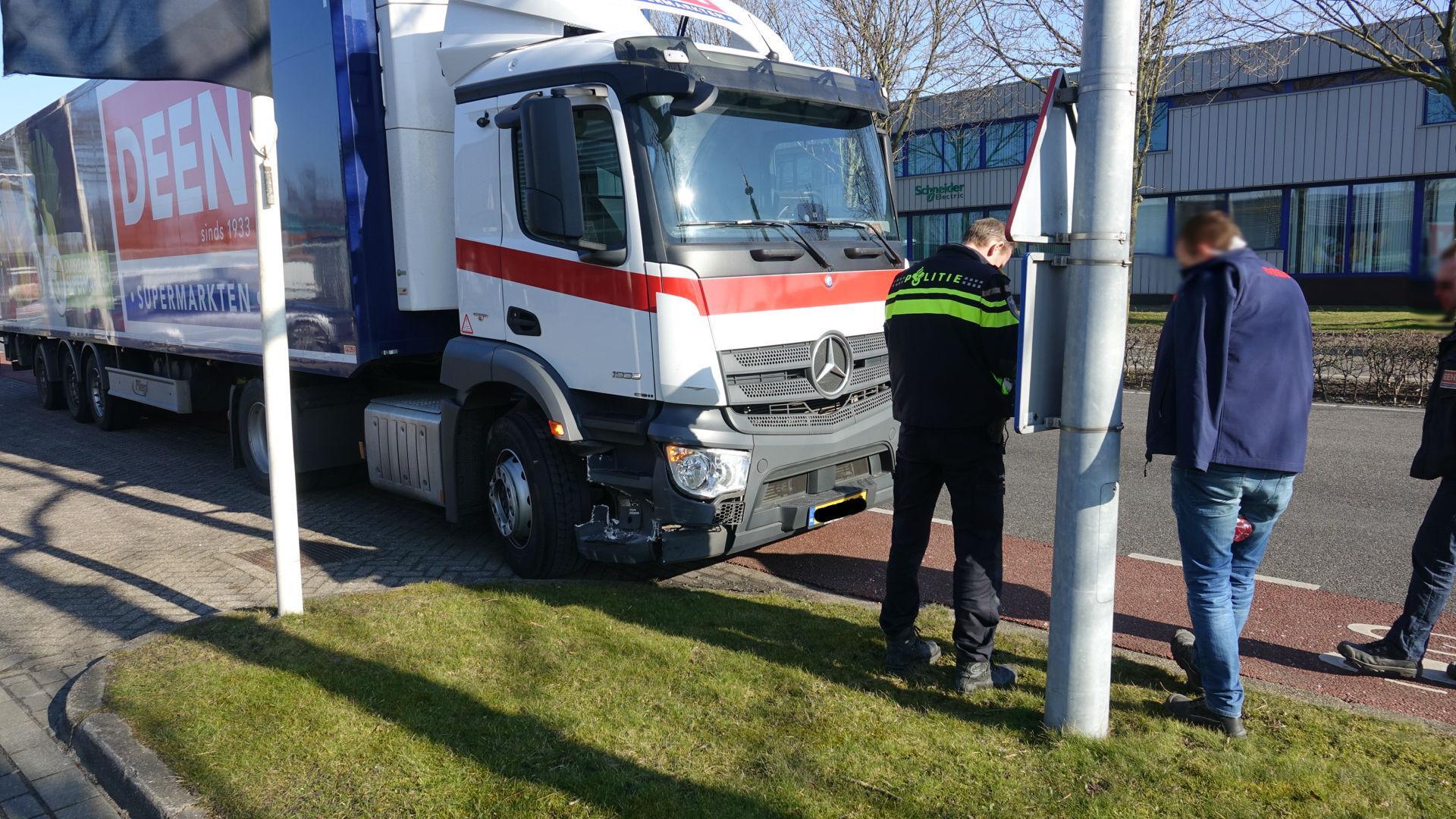 Auto botst tegen vrachtwagen op de Kernweg in Hoorn
