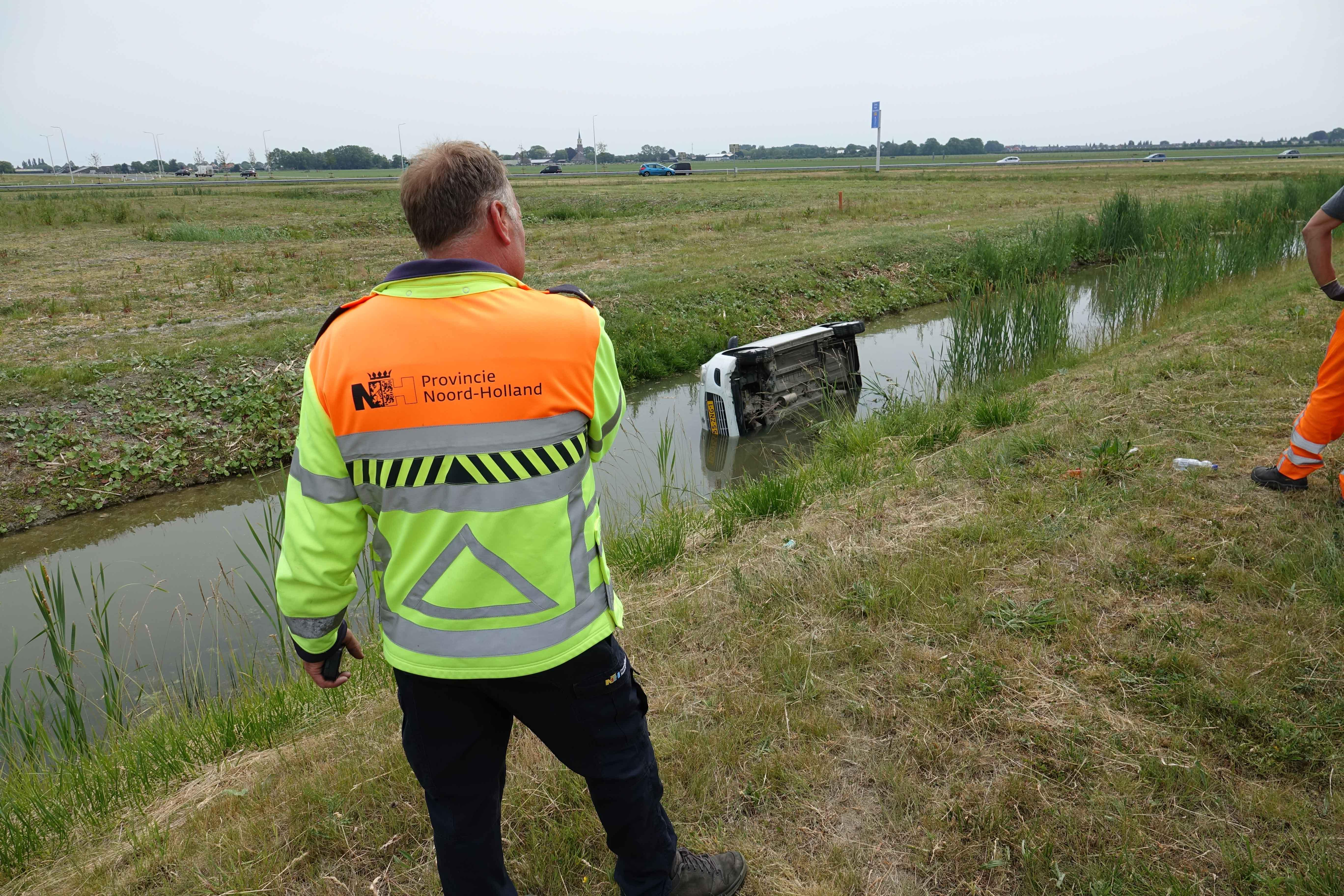 Automobilist belandt met auto in sloot en raakt gewond in Zwaagdijk