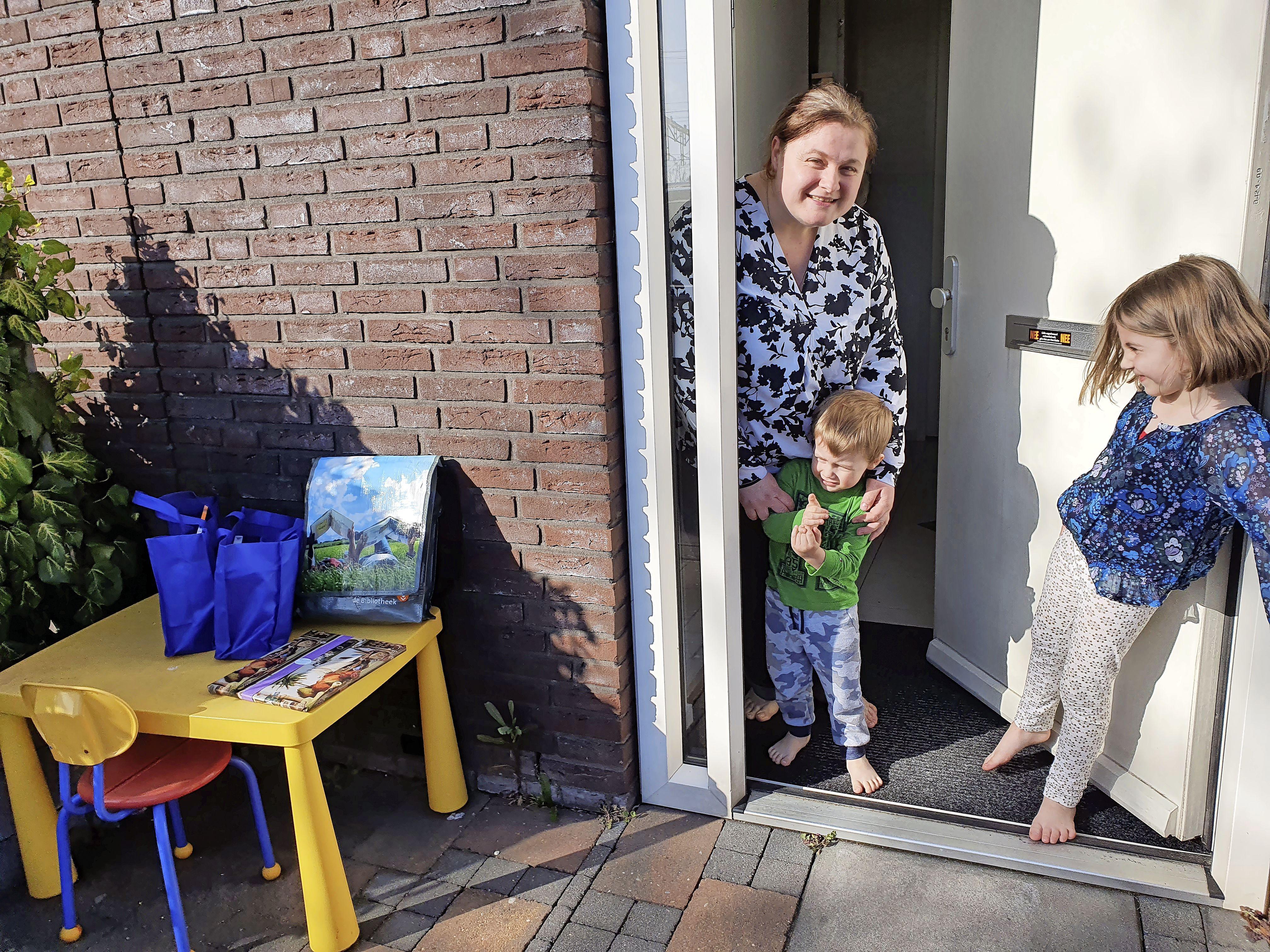 Bibliotheek bezorgt tijdens de lockdown 5.000e boekentasje bij Emin thuis. 'Naar de bieb gaan was voor de lockdown altijd een leuk uitje voor mijn kinderen. Ze missen dit heel erg'