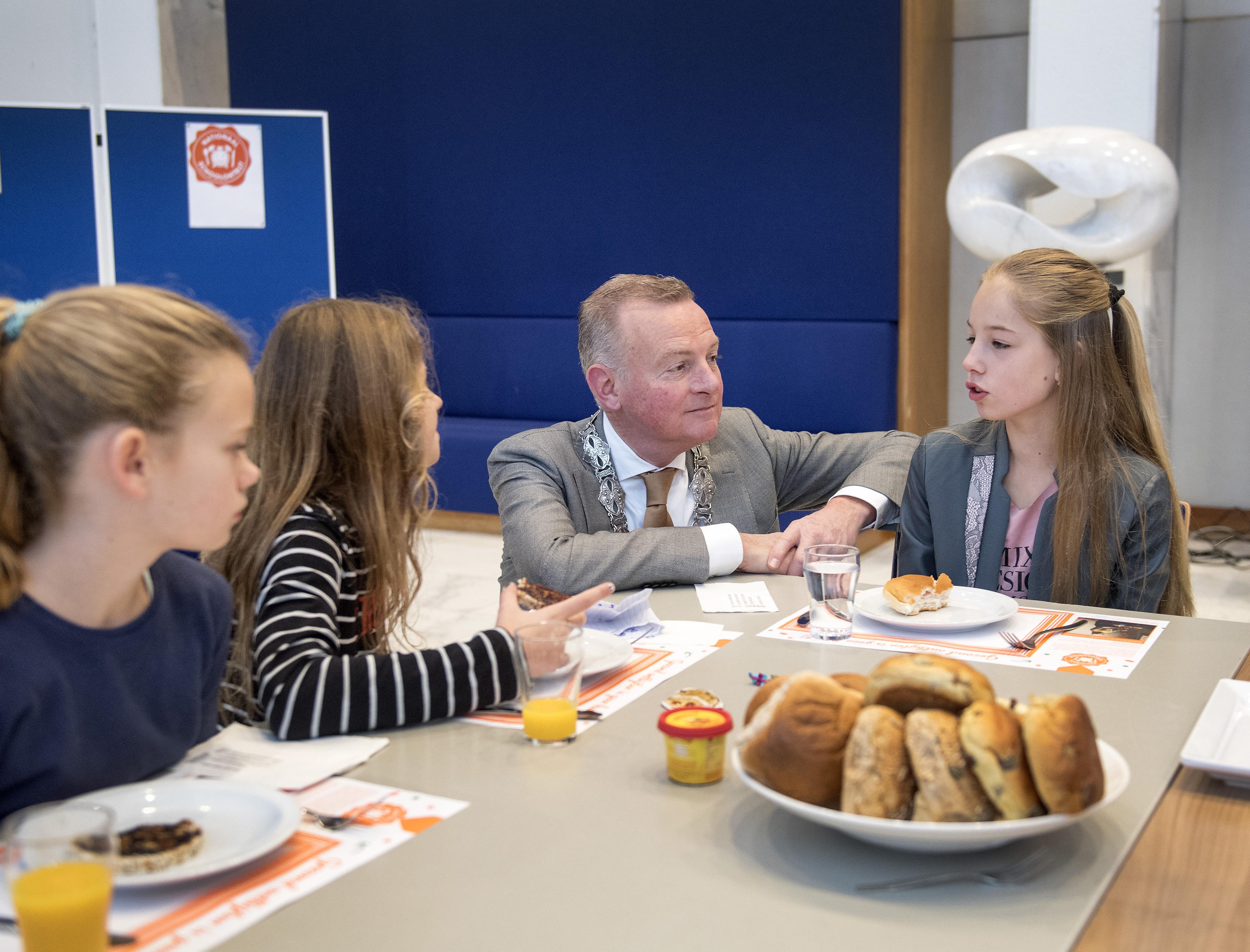 Leerlingen groep 7 Jan Campertschool ontbijten met burgemeester Dales
