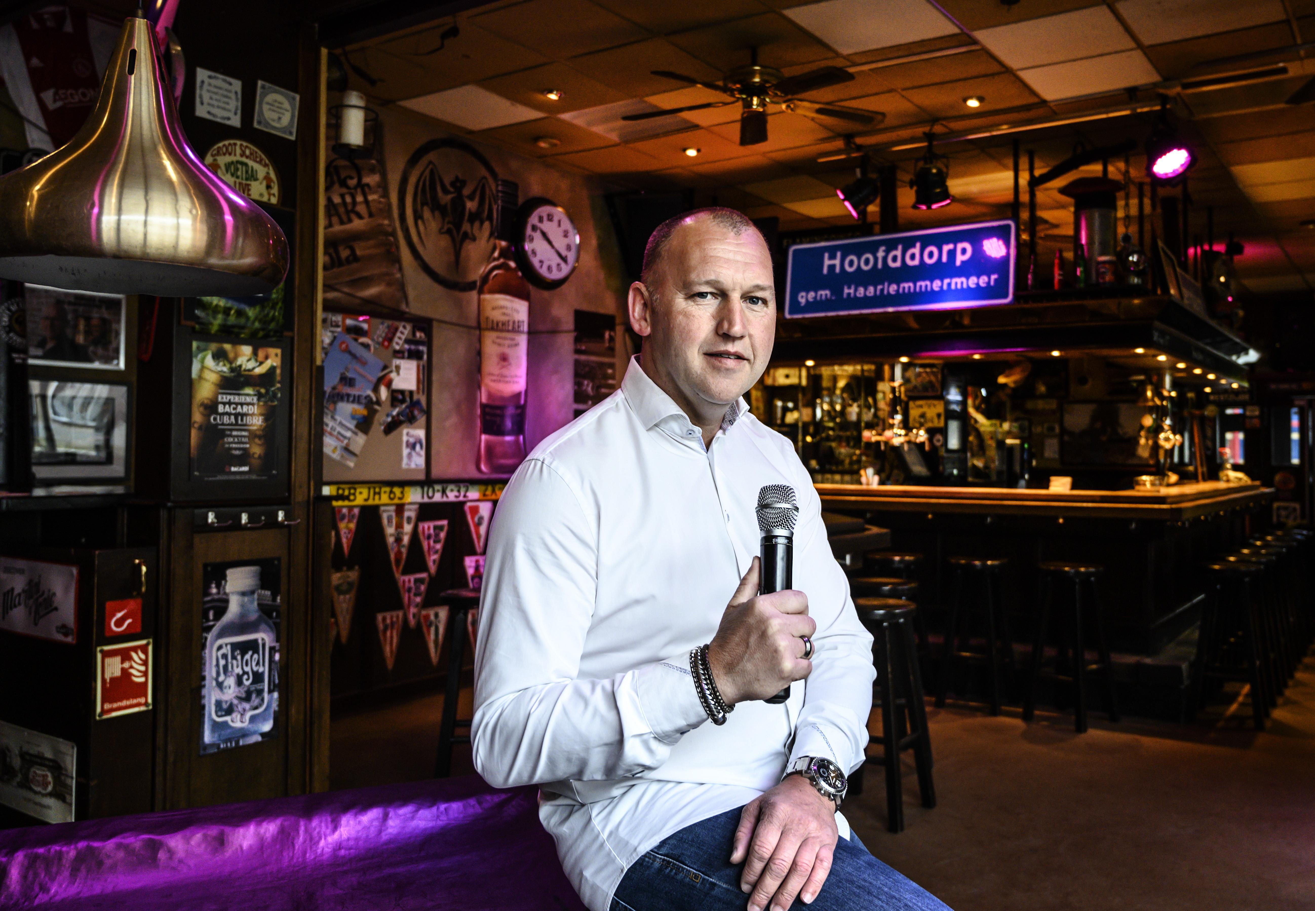 Zingende barkeeper Mark Meijer tevreden in Hoofddorp; 'Ik heb het hier getroffen'