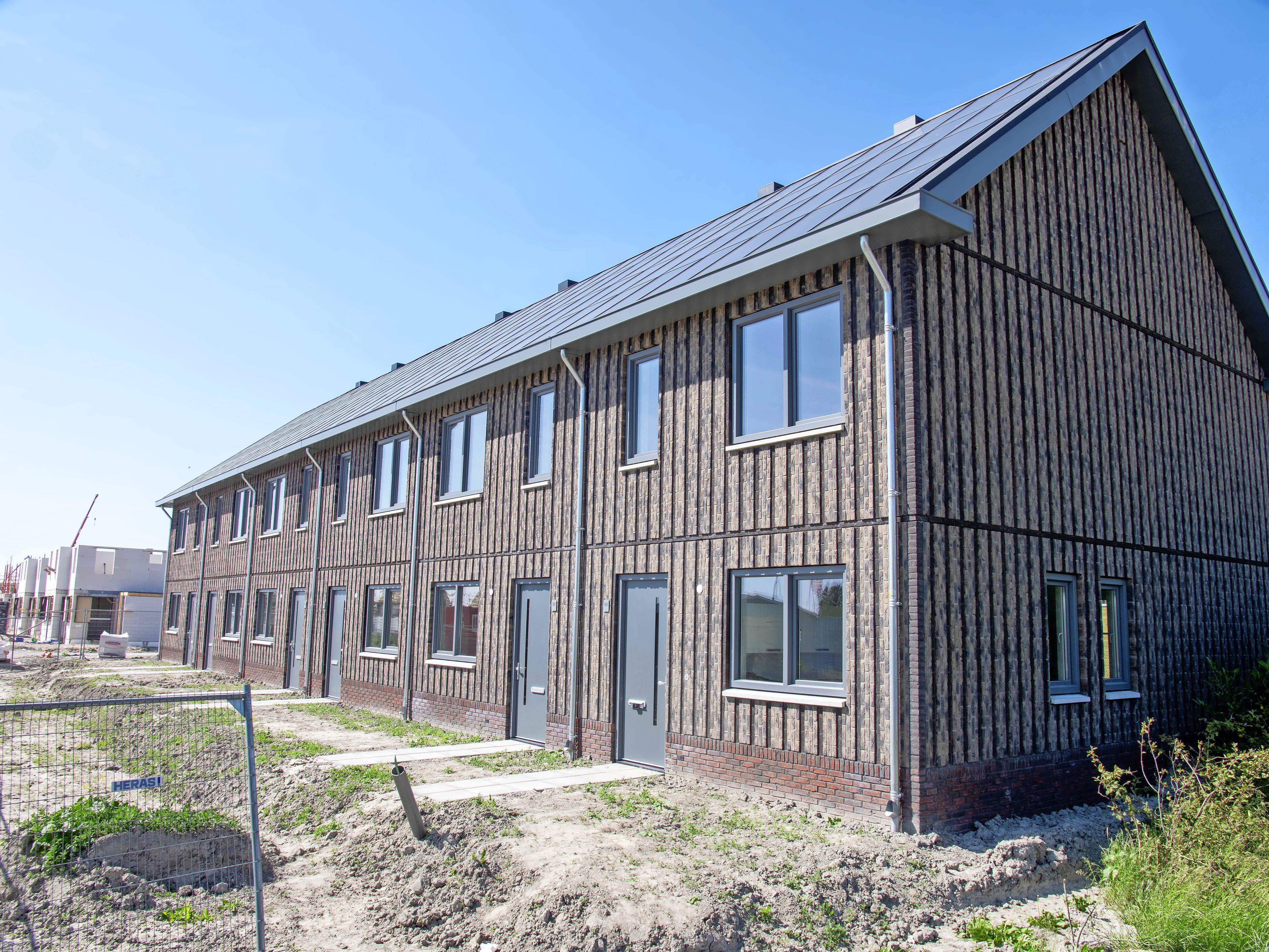 Kijk, dat schiet op: twaalf huizen gebouwd in elf dagen en volgende maand kunnen de huurders er al in. Wooncompagnie experimenteert met supersnel bouwen