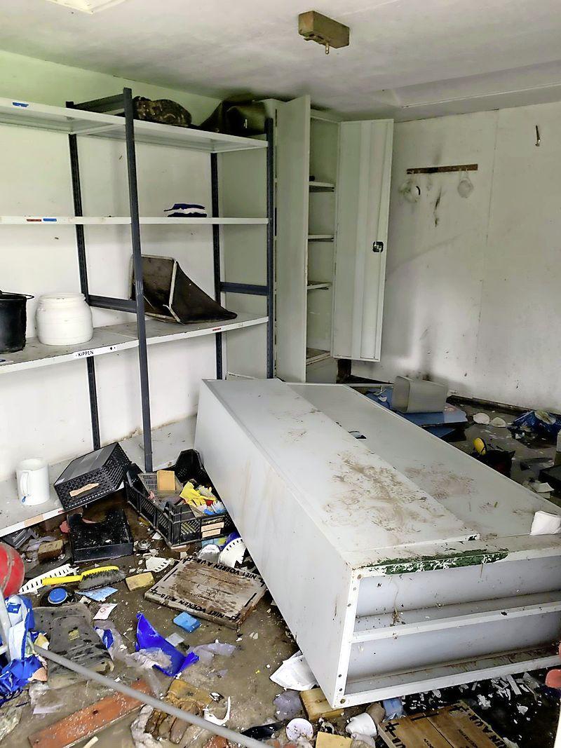 Huisje kinderboerderij aan gort geslagen. Drinkbak dieren van de muur getrapt en ruiten ingegooid. 'Dit heeft niets met kattenkwaad te maken' [video]