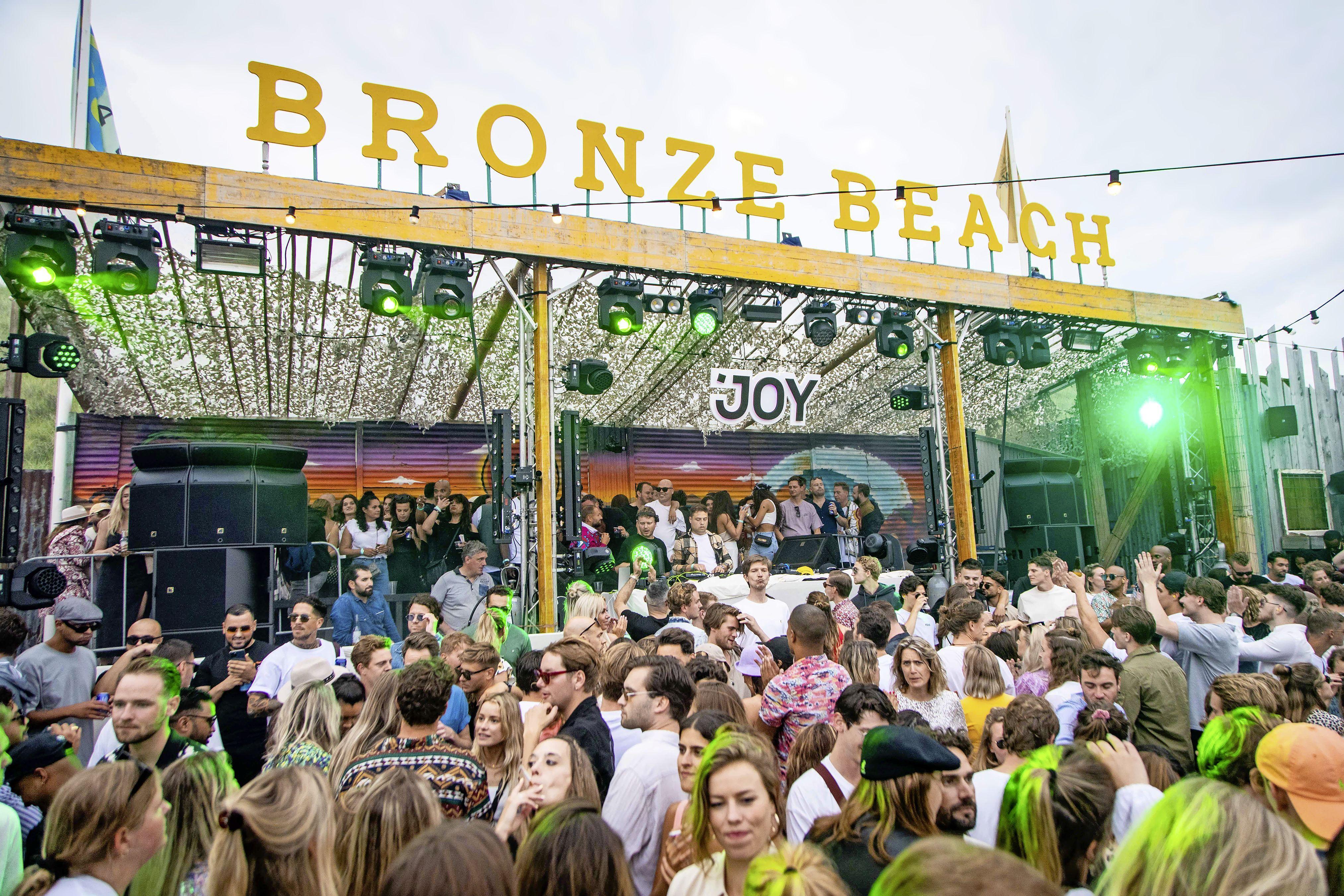 Strandfeesten losgebarsten op Bloemendaal aan Zee: 'Stond de muziek altijd zo hard? Ik ben het niet meer gewend'