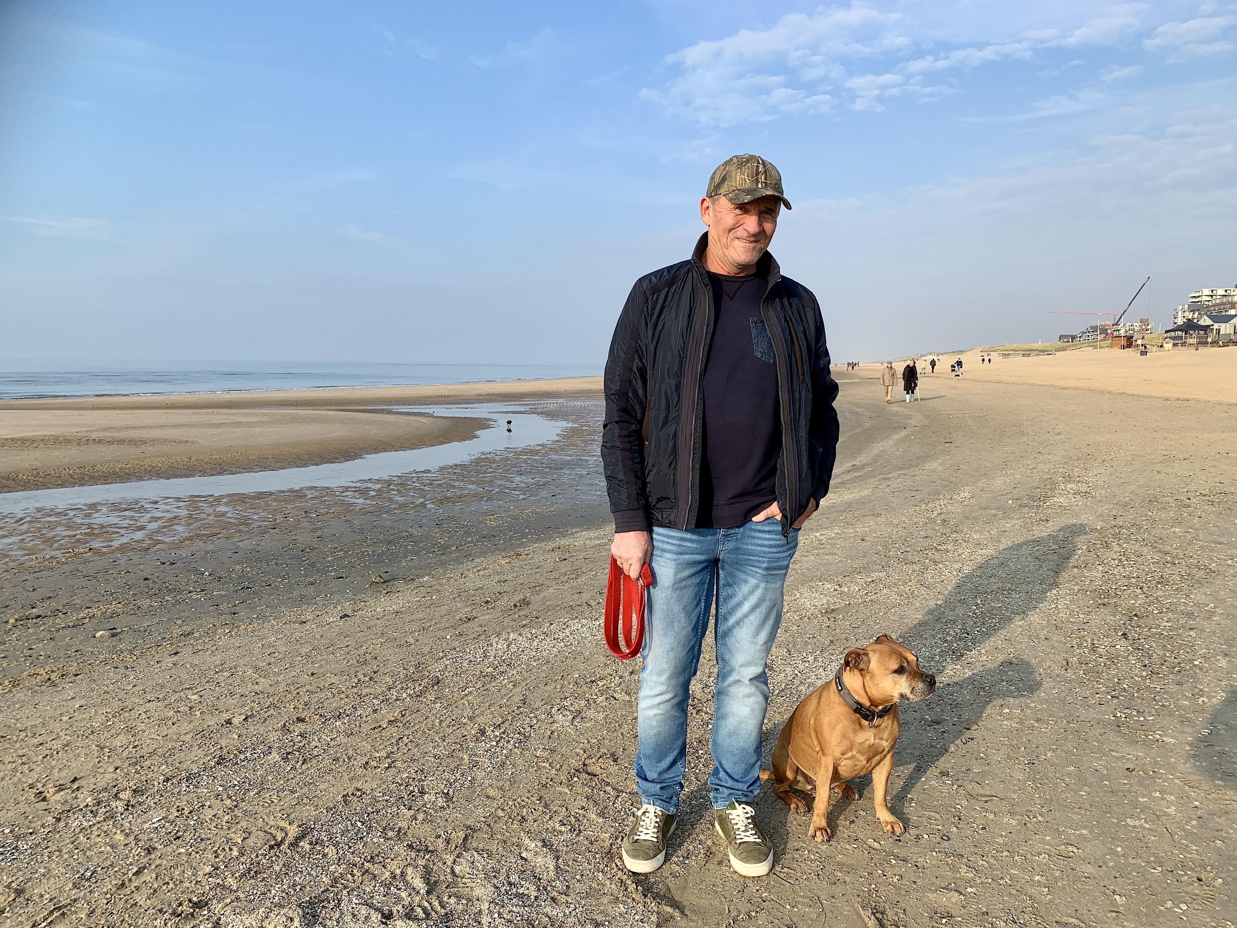 Onderweg: Jan Dekker (66) draagt een onzichtbaar 'stempeltje', dat van de geboren en getogen inwoner van Egmond aan Zee.