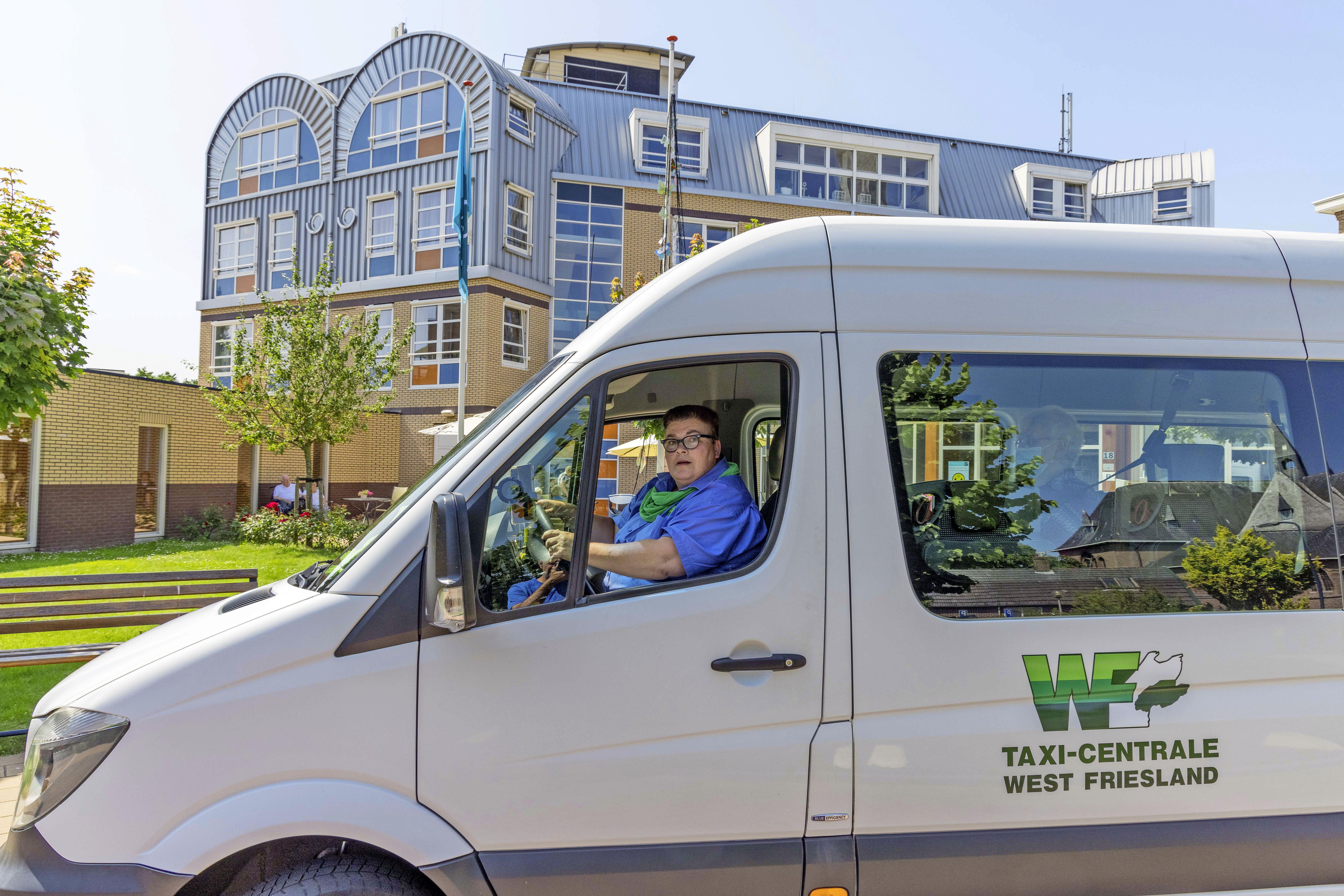 Chauffeur West-Friese rolstoelbus Carla Sinnige hekelt vele gaten en drempels voor haar klanten: 'Producten voelen niets, maar deze mensen in taxi wel'