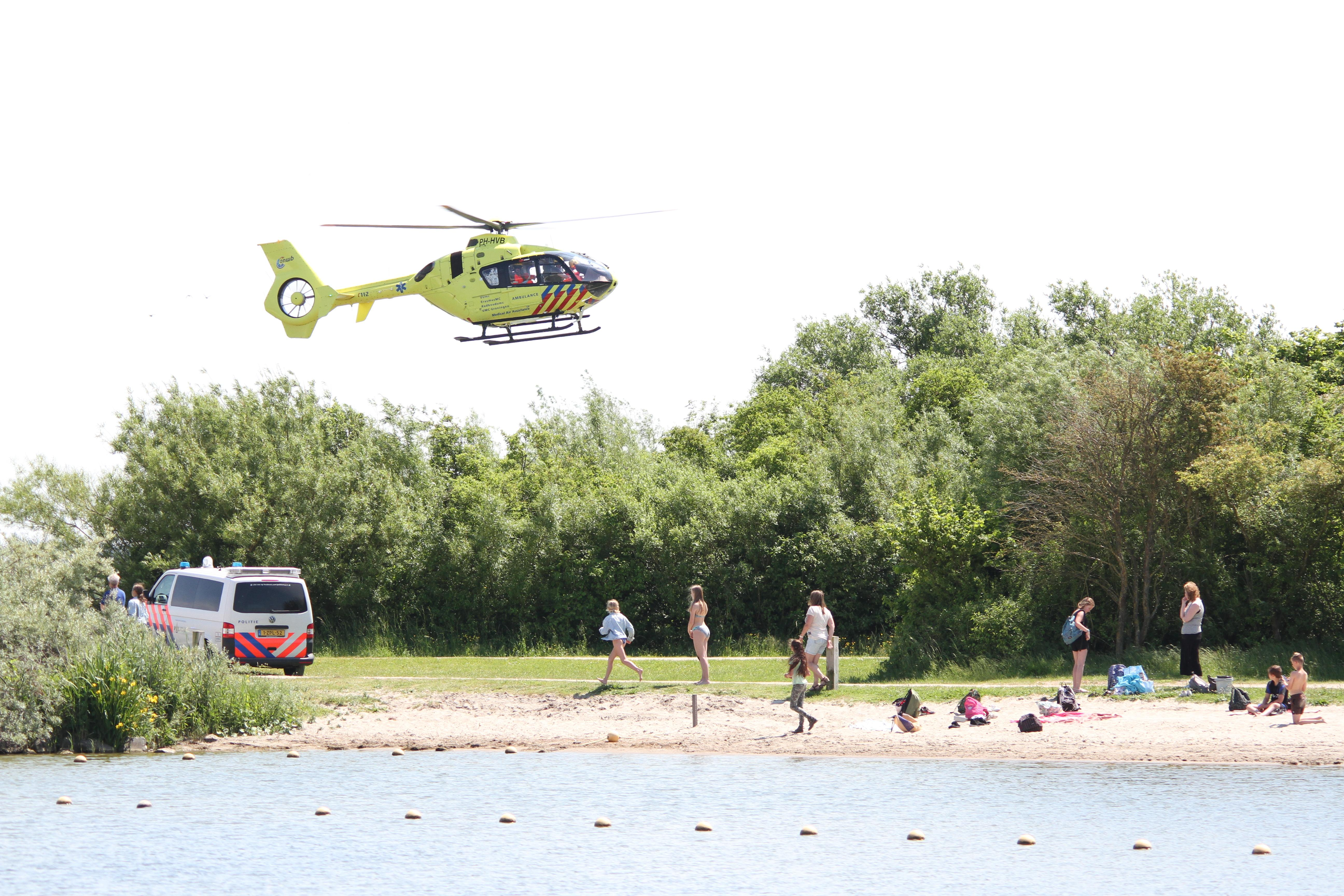Omstanders redden in problemen geraakte vrouw uit water in Medemblik