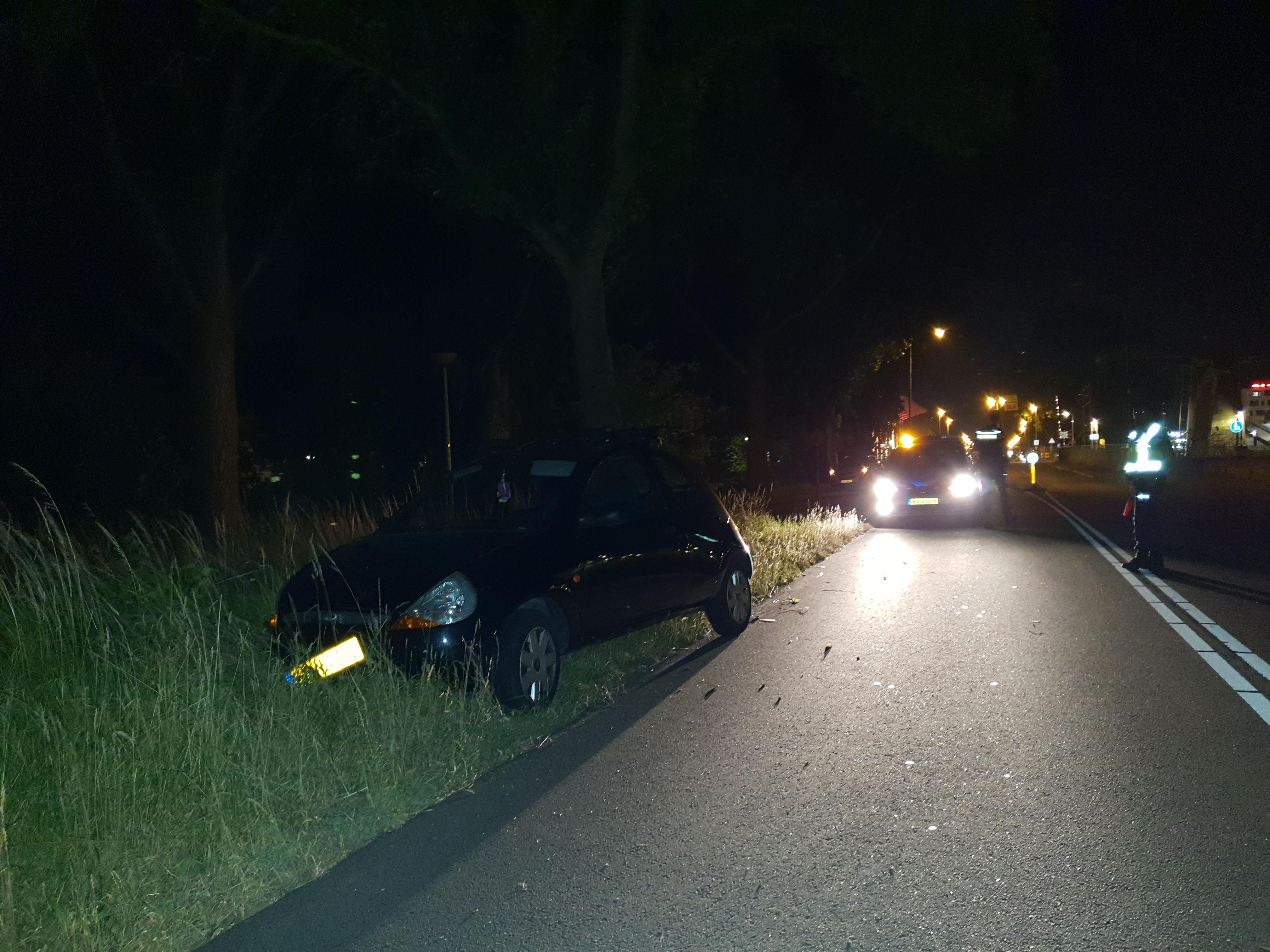 Bestuurder rijdt lantarenpaal omver en maakt zich uit de voeten in Alkmaar