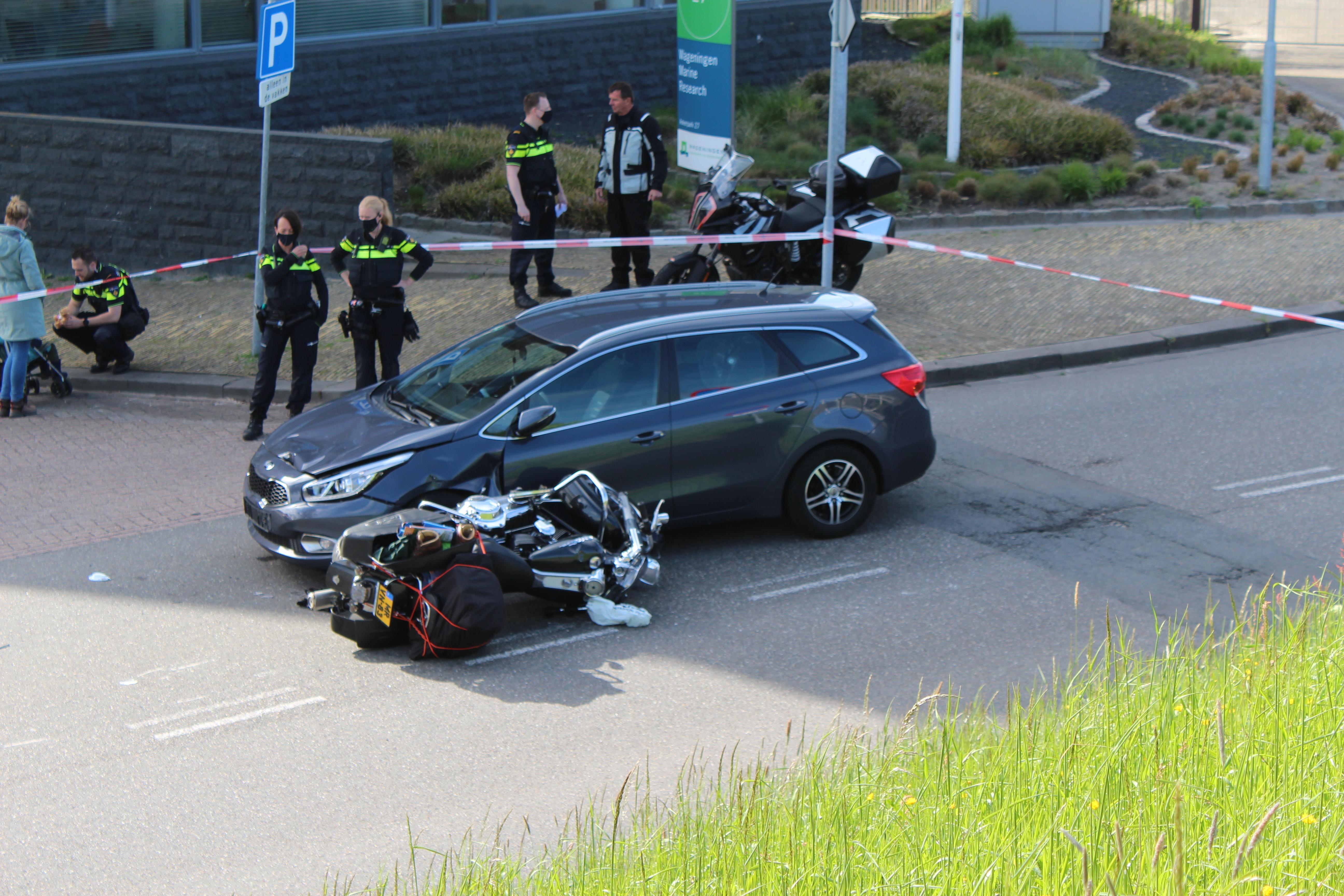 Onbekend letsel voor motorrijder na aanrijding met auto aan het Ankerpark