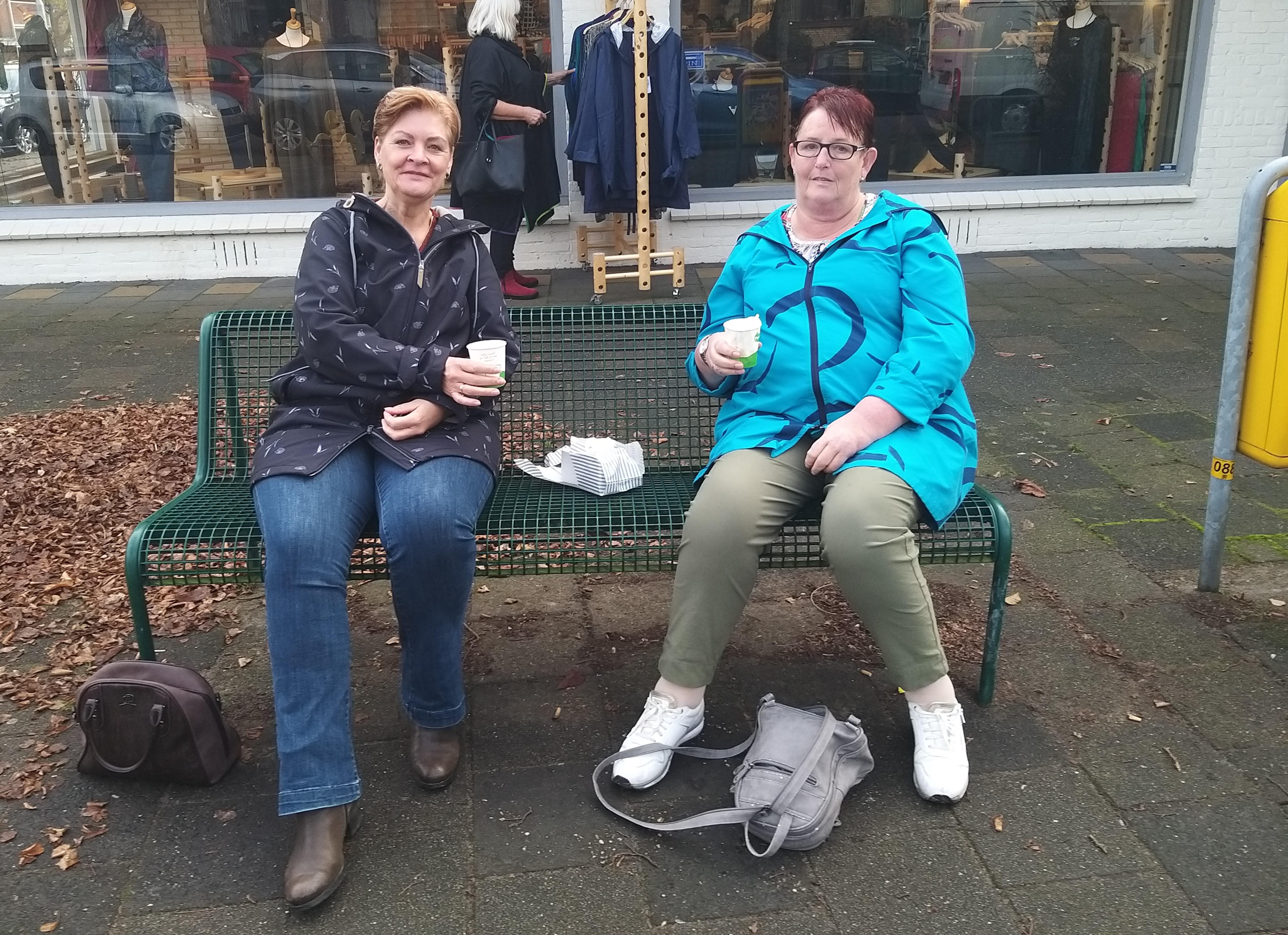 Vriendinnen Carola en Arianne werken bij IJmuidens woonzorgcentrum De Moerberg: 'Er waren in de tweede coronagolf negentien bewoners besmet. Dat heeft er stevig ingehakt'