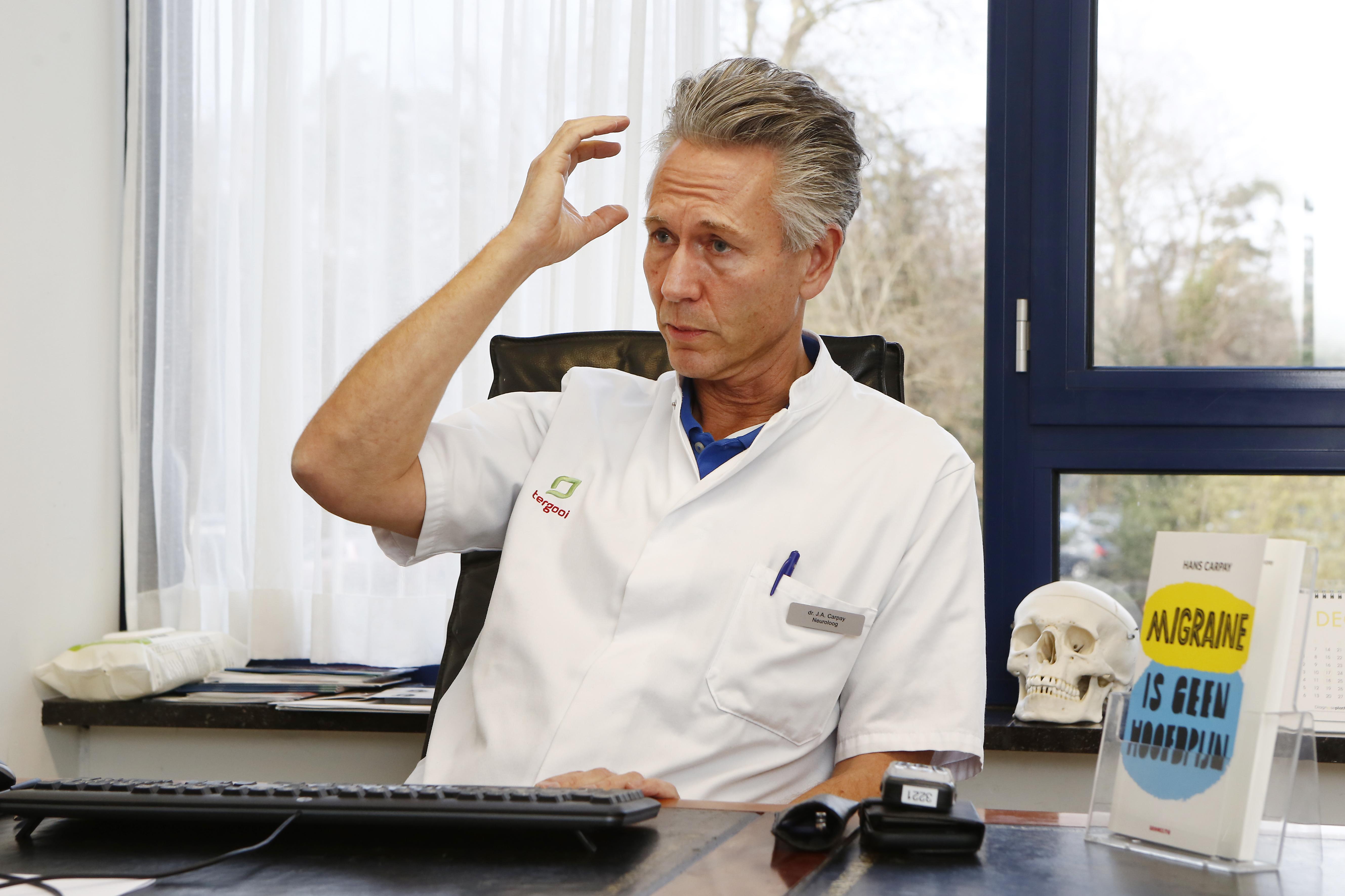 Je krijgt het niet van rode wijn of te hard werken. Neuroloog Hans Carpay van Tergooi rekent af met de onzin over migraine. 'Het is geen zeuren, het is een hersenziekte'