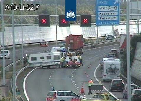 Vrachtwagen en caravan botsen op A10 bij Landsmeer, weg weer vrij