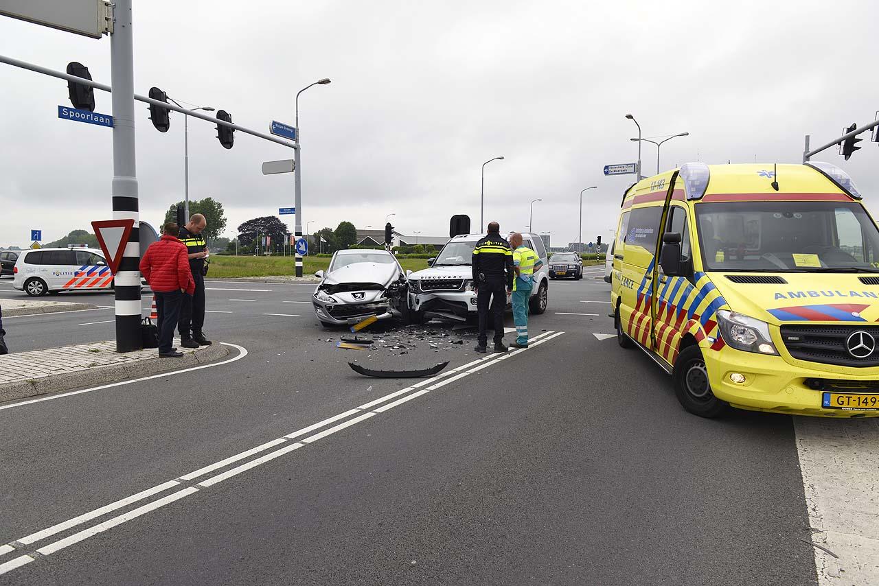 Twee auto's zwaar beschadigd na flinke botsing in Hoofddorp