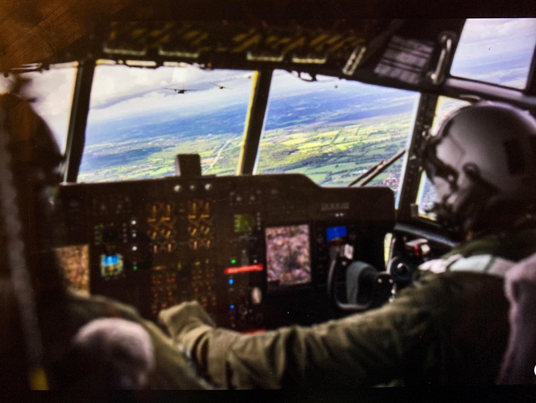 Grote transportvliegtuigen in kader van operatie Weerwolf te zien boven Den Helder