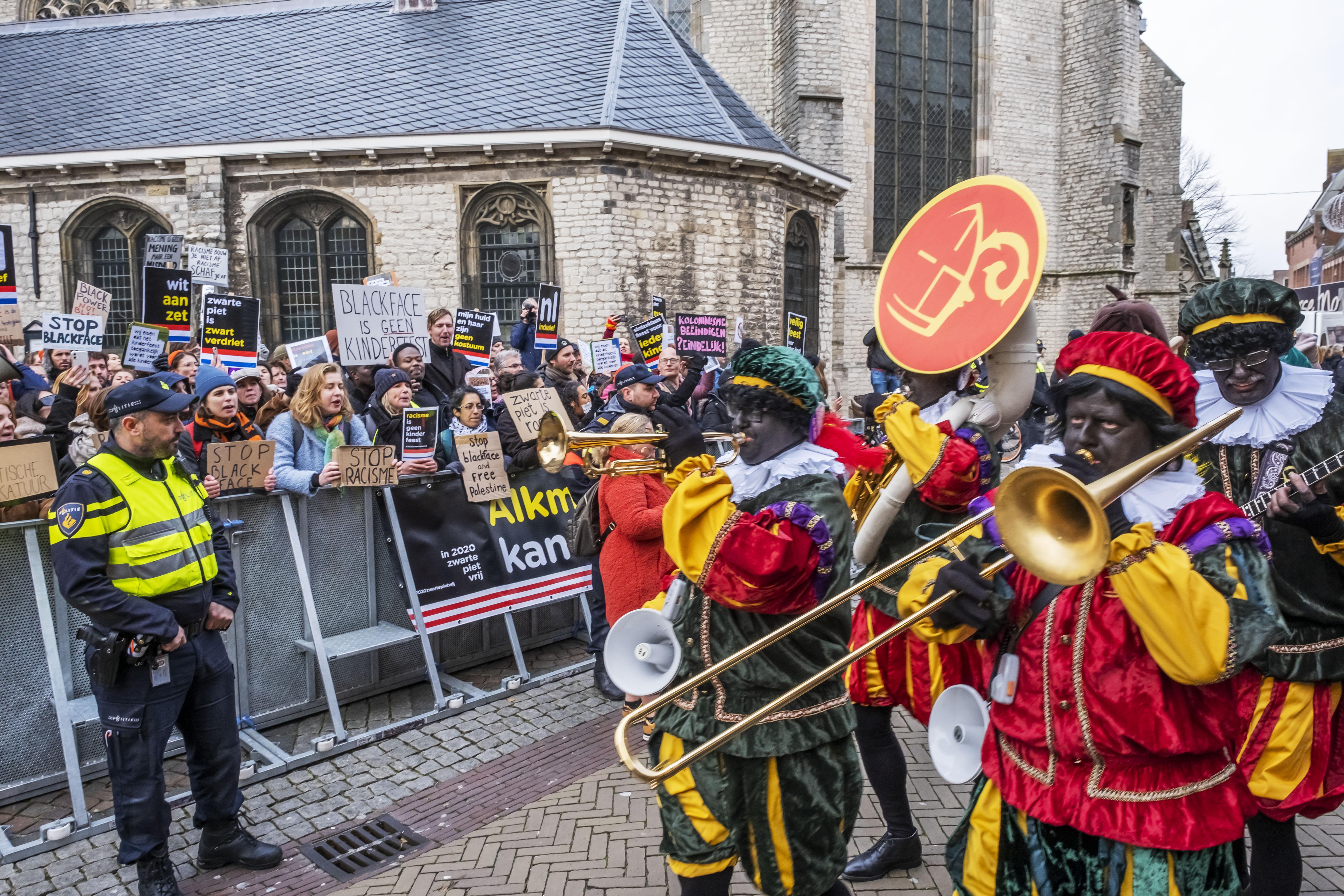 Zwarte Piet blijft, onder andere, zwart in Alkmaar. Punt uit. Hij heet alleen gewoon 'Piet'. Het Sinterklaascomité 'wil rekening houden met iedereen'