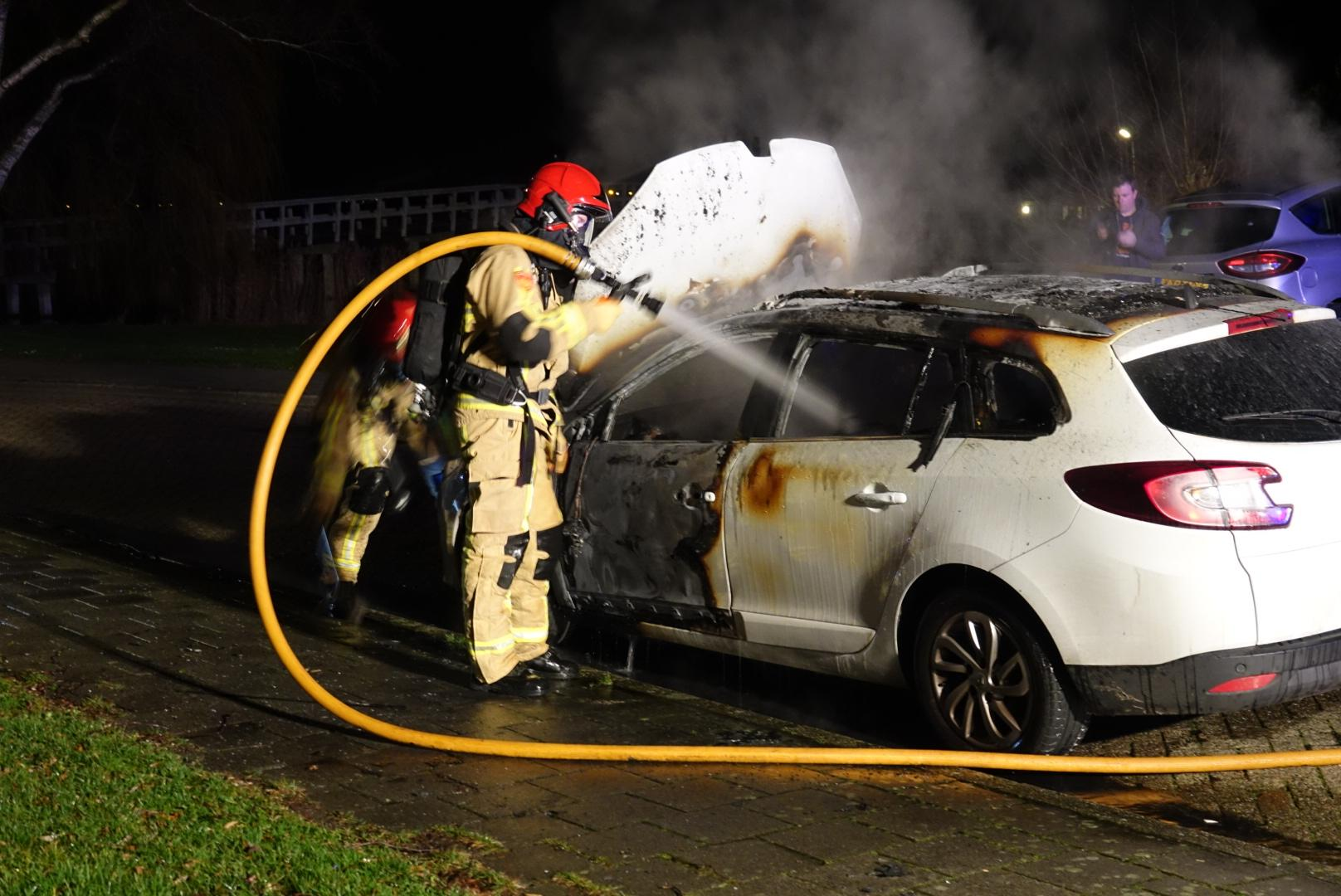 Auto brandt uit in Assendelft, politie vermoedt brandstichting