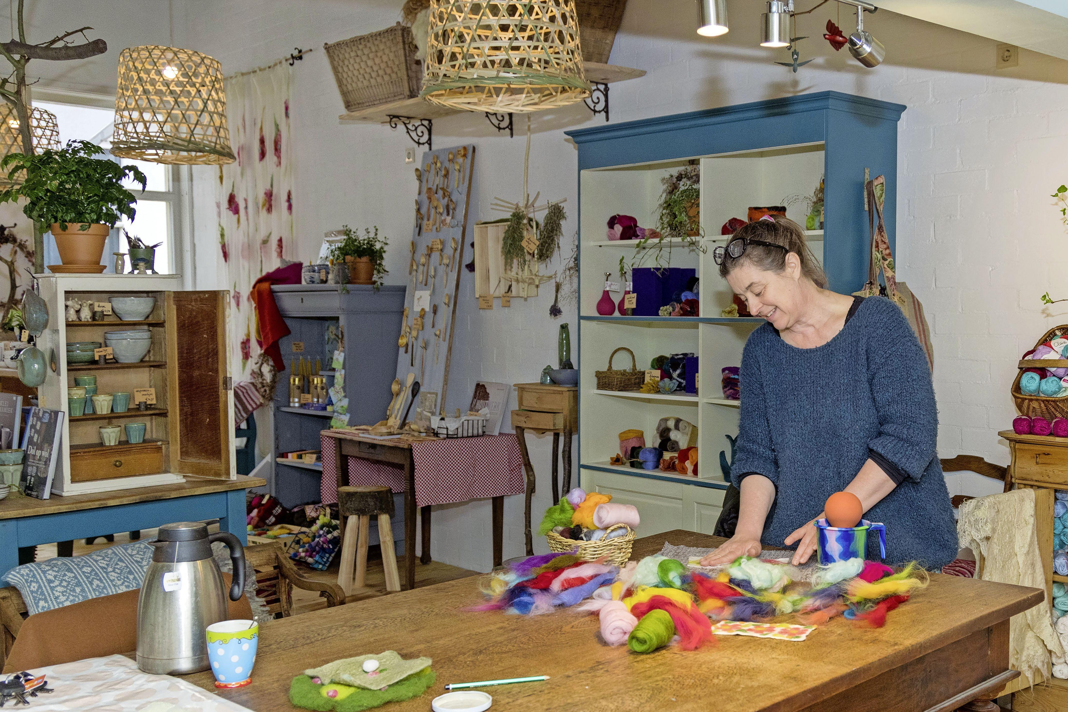 'Een dag niet gevilt is een dag niet geleefd.' Tamara de Groot opent boetiekje in Hoorn, waar zij onder meer haar eigen creaties verkoopt