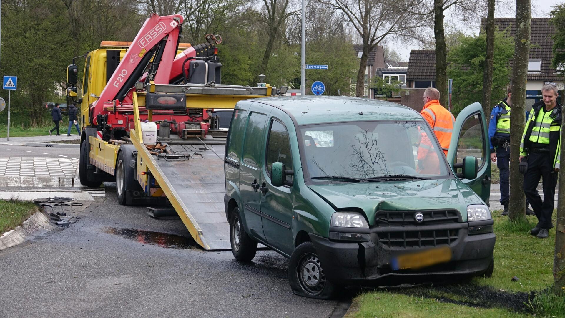 Automobilist vliegt uit de bocht door kapotte remmen in Zwaag