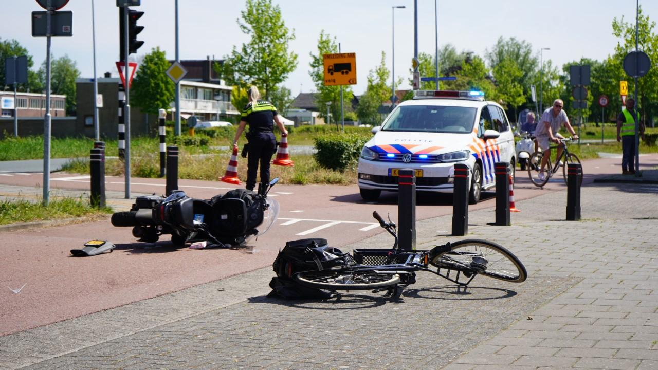 Fietser en scooterrijder gewond bij flinke botsing op fietspad in Wormerveer