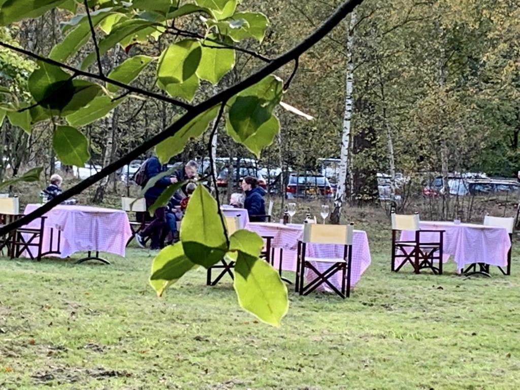 Na het wandelen even wat drinken of eten afhalen en zitten; Gedekte tafeltjes op veldje langs Bussumergrintweg vinden gretig aftrek