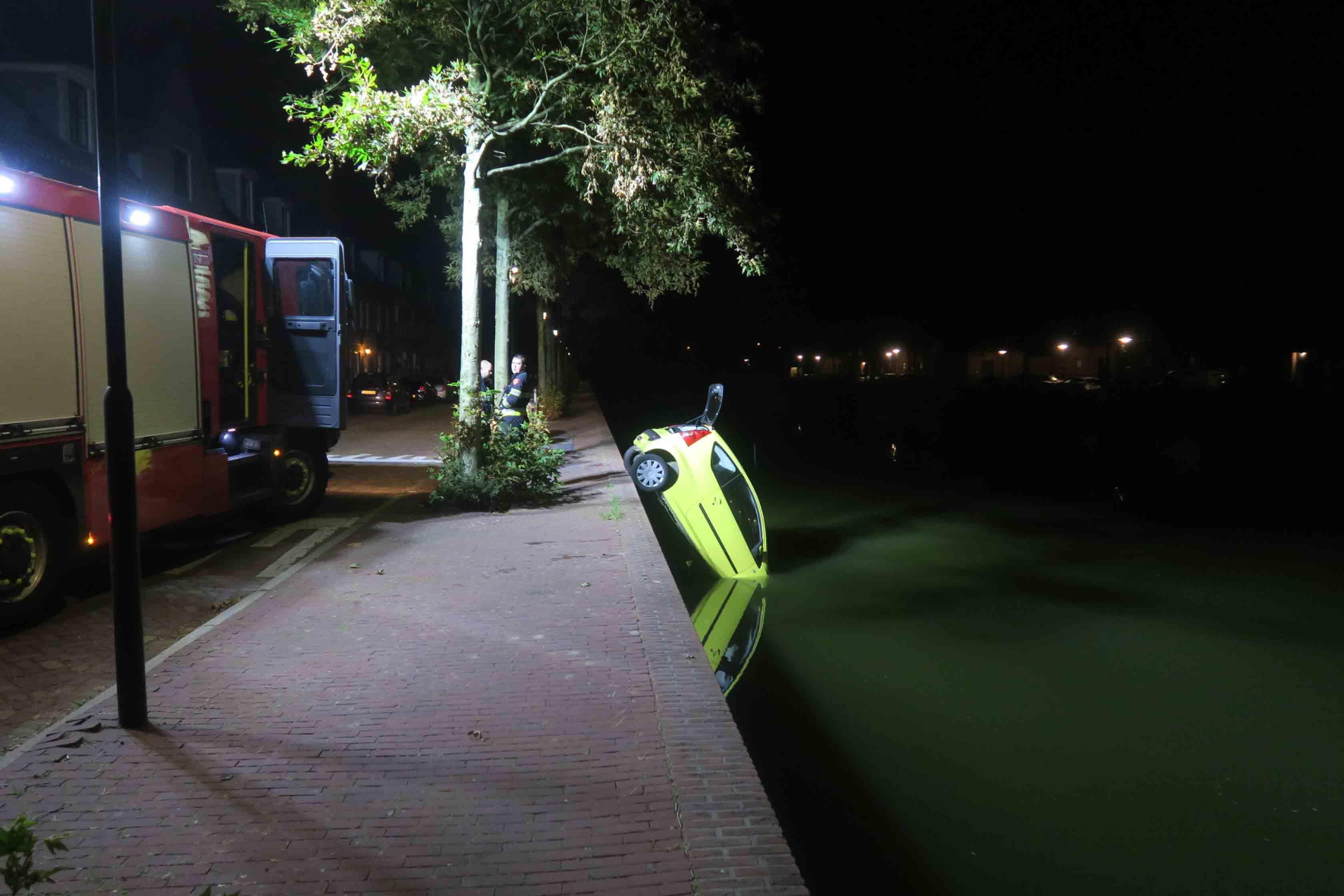 Vrouw rijdt rechtdoor de kade af in Heemskerk