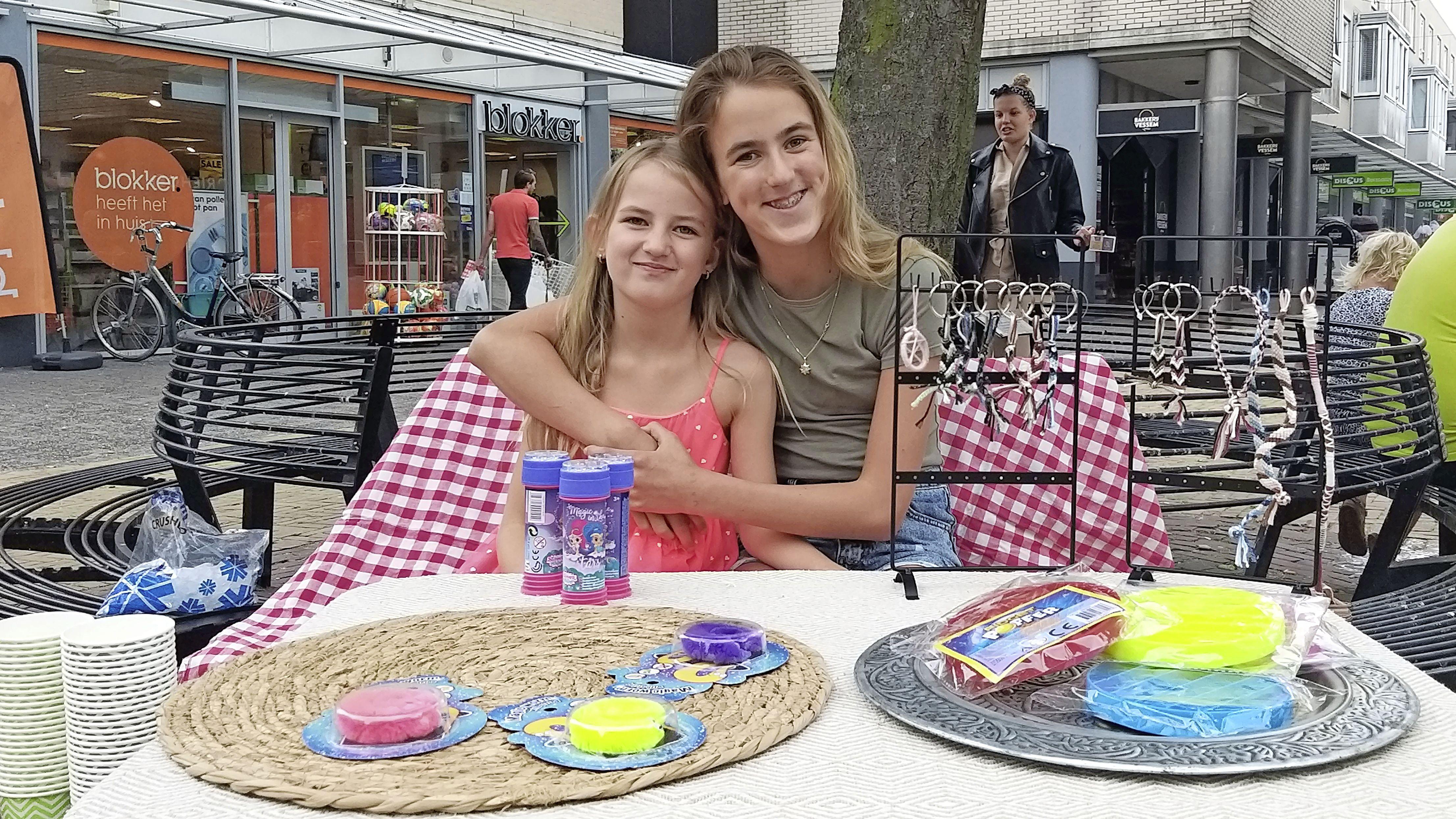 'Als we samen werken houden we van elkaar', zusjes Jayda en Chelsea houden tafeltjesverkoop