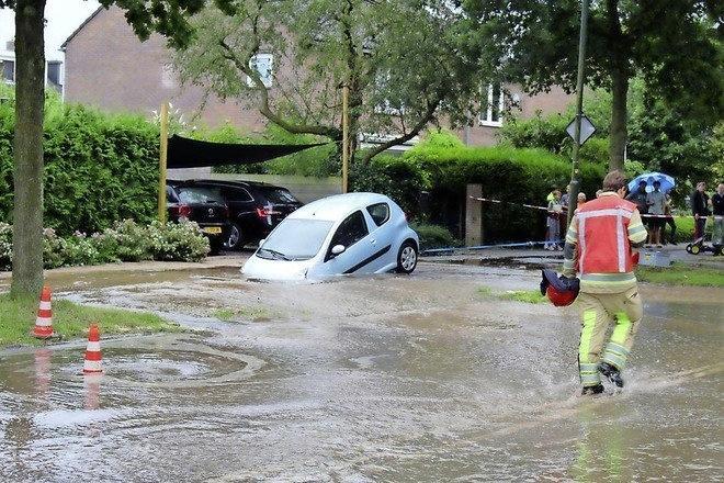 'Sinkhole? Of spoelgat?' Hoe een auto in Naarden deels kon verdwijnen in het wegdek, na een gesprongen waterleiding