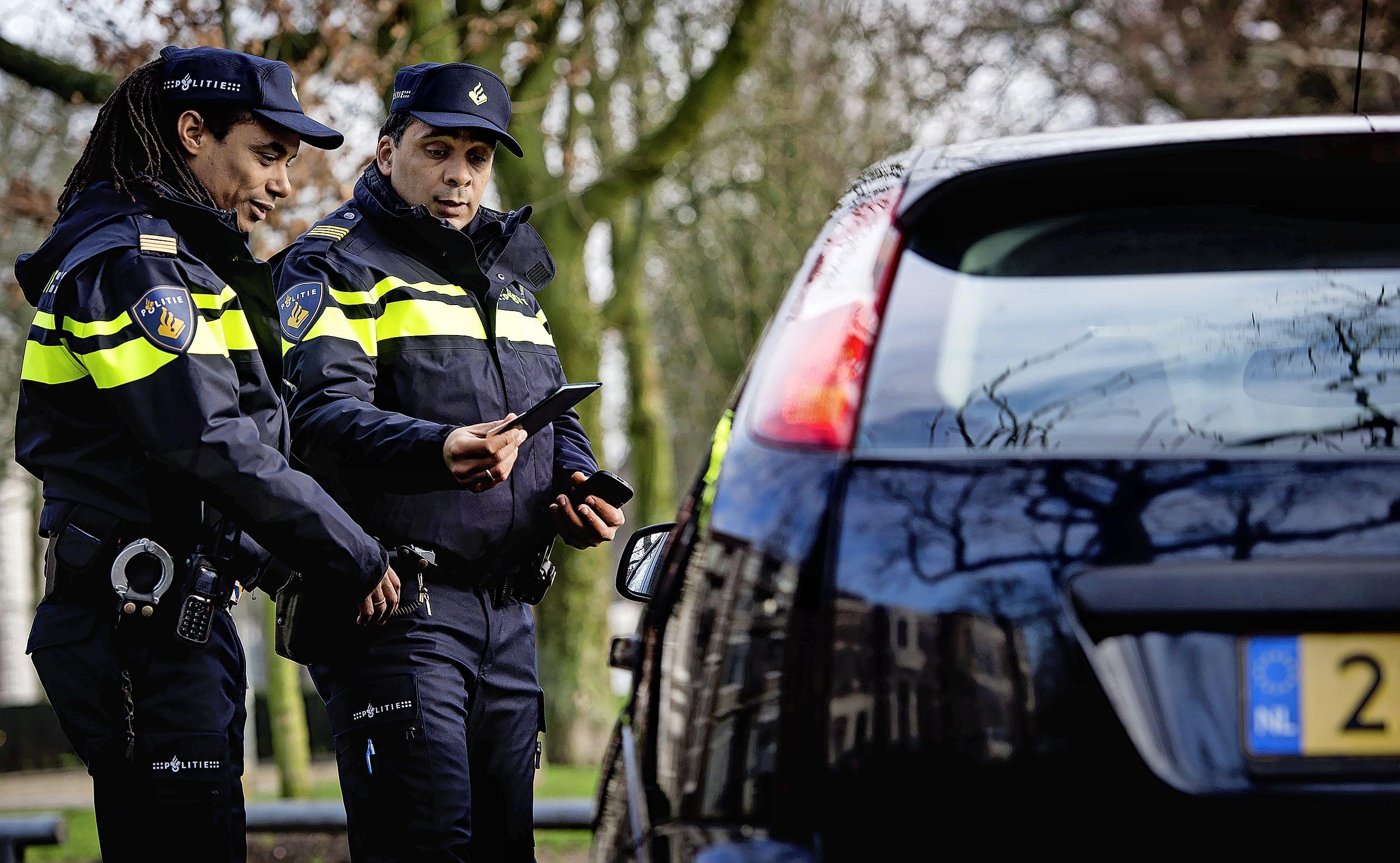 Agenten in burgervoertuig. 'Politie volgen', doemt met rode letters op in de lichtbak. Dat wordt een dure les | Column