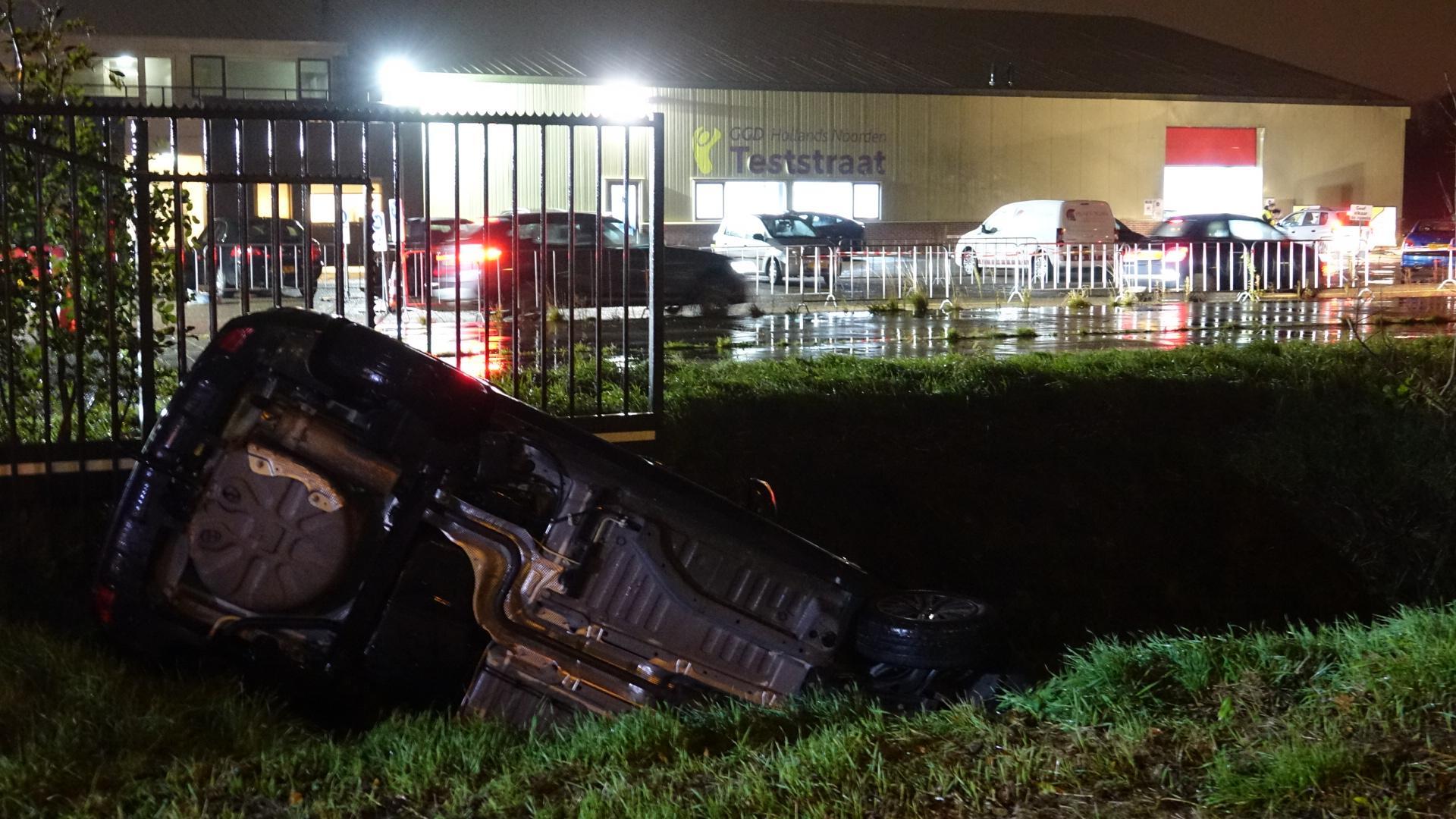 Auto in sloot terechtgekomen voor ingang van coronateststraat in Zwaag