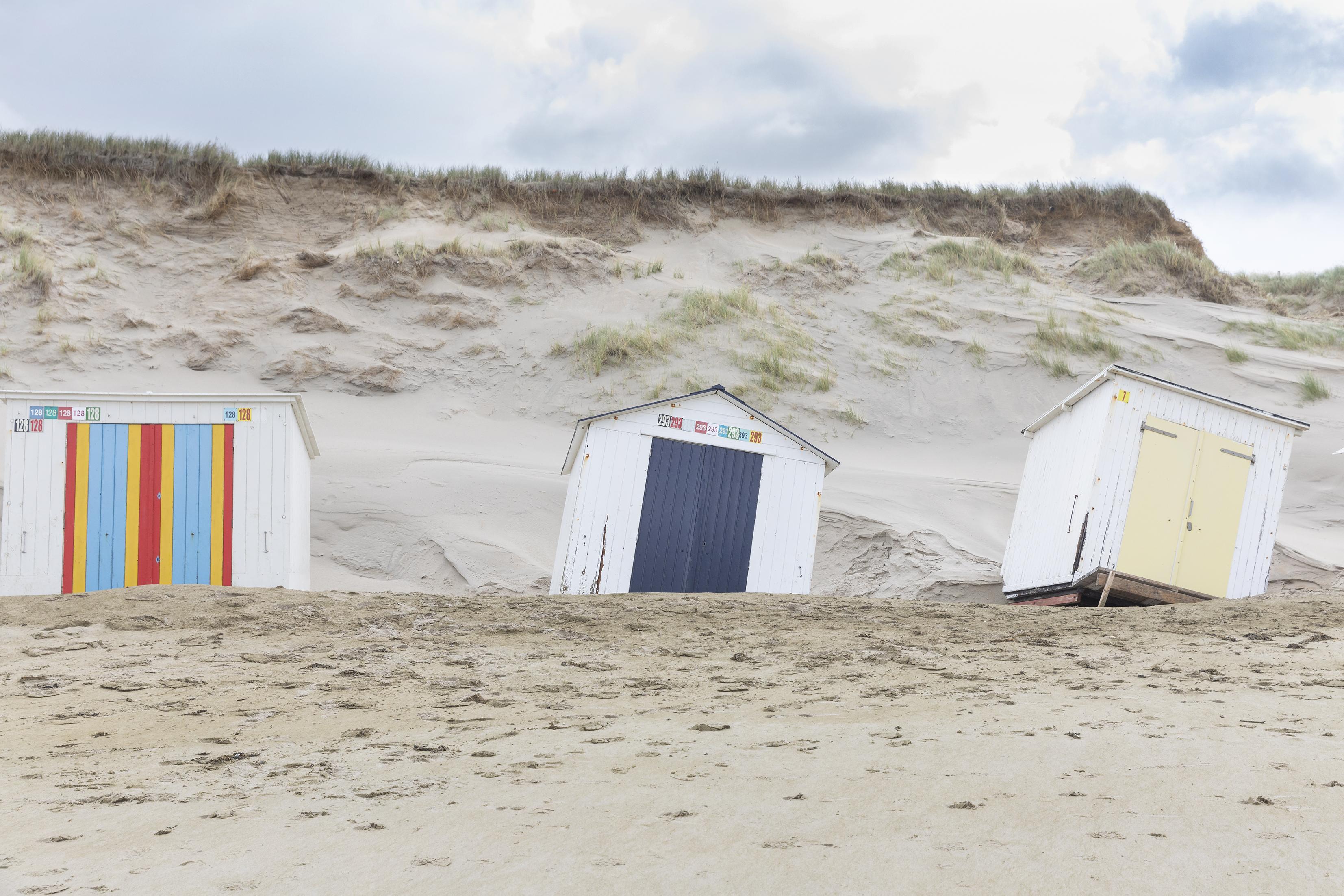 Zee heeft vrij spel rond Texelse strandhuisjes, die schots en scheef achterblijven. De volgende zandsuppletie is in 2021