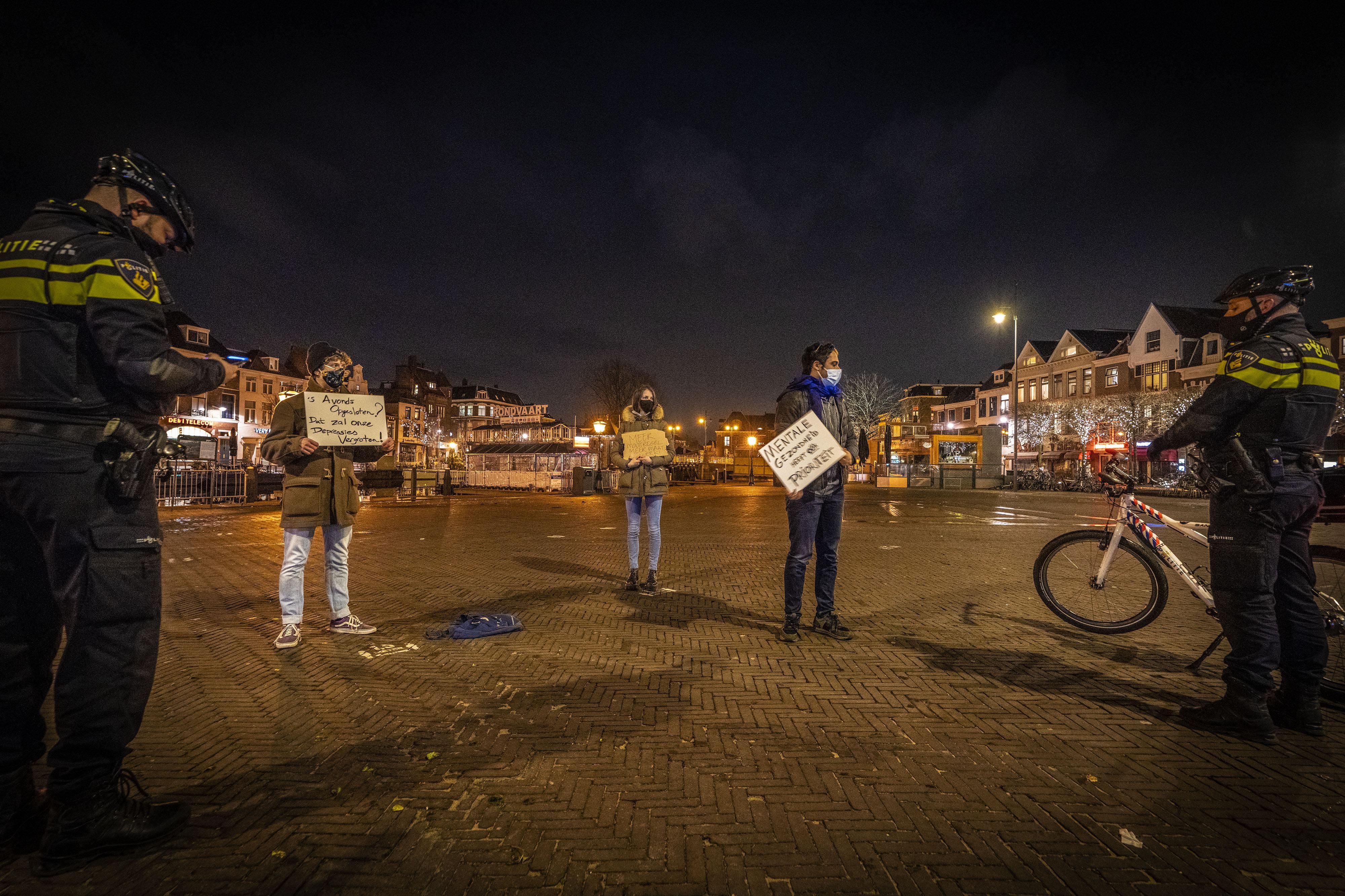 Verlaten straten in Leiden bij ingaan avondklok, op drie demonstranten na: 'Daar heb ik een boete voor over'