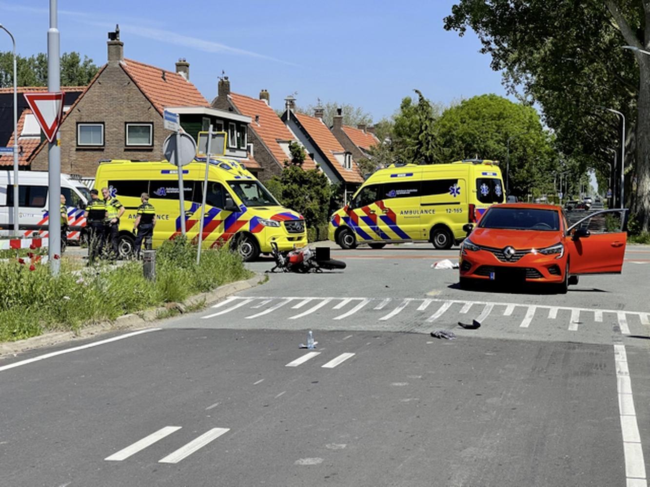 Brommerrijdster zwaargewond bij aanrijding in Rijsenhout, automobilist geboeid afgevoerd