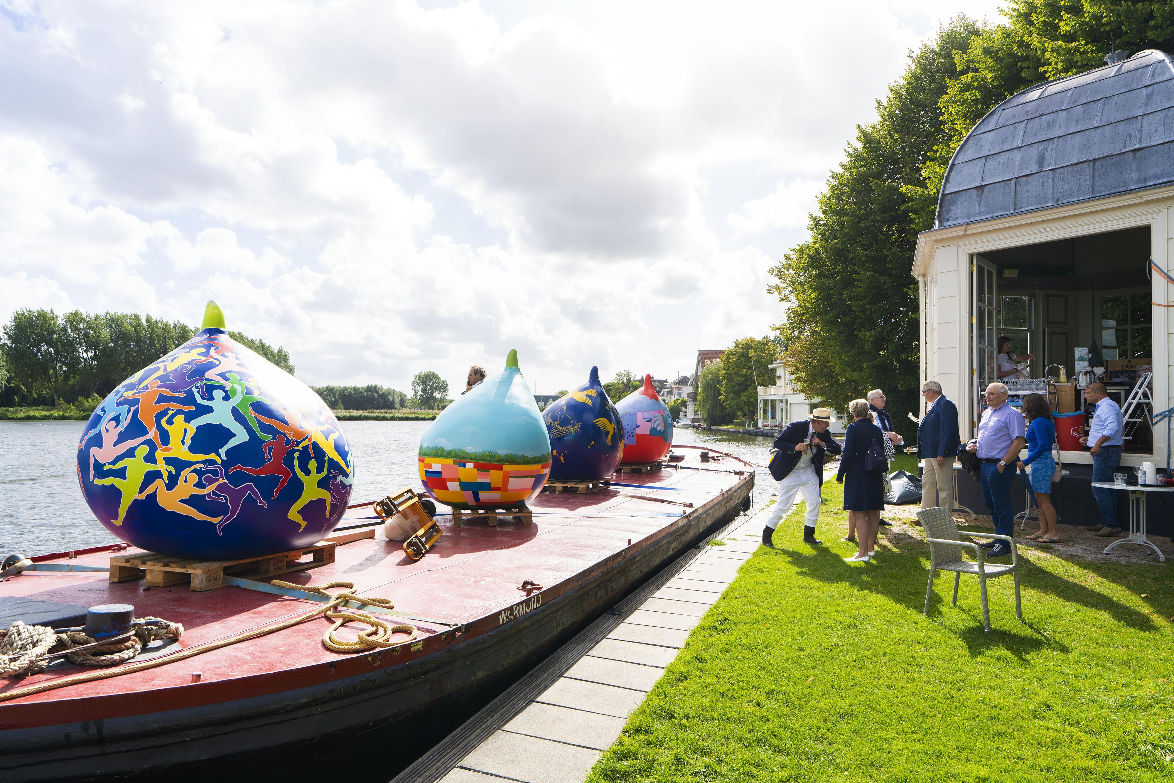 Beschilderde reuzenbollen komen voor 'adoptie' aan in Warmond