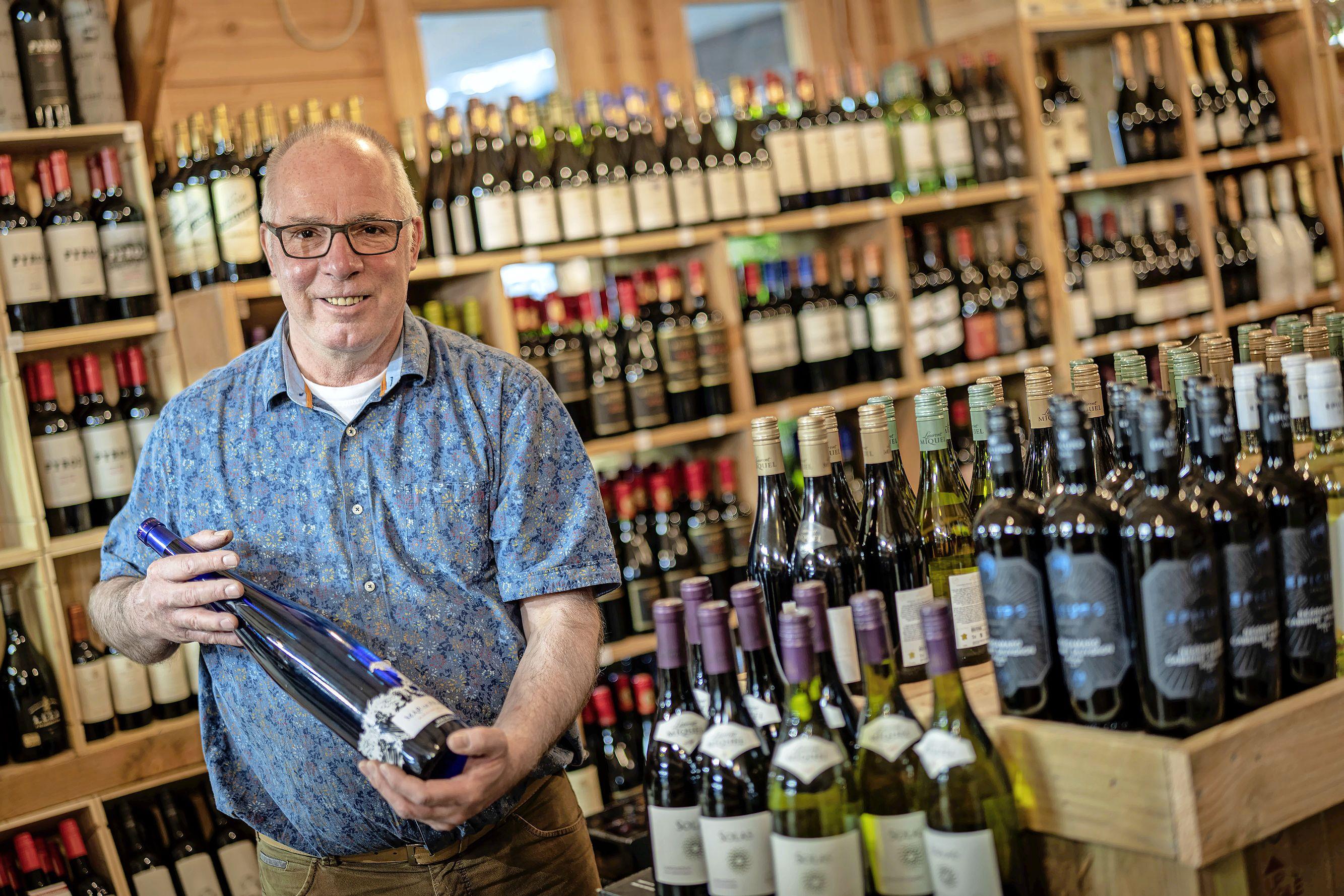 Aad Steenvoorden moest zijn winkel 'Aad & Wijn' sluiten tijdens de tweede lockdown, maar 'het glas is altijd halfvol'