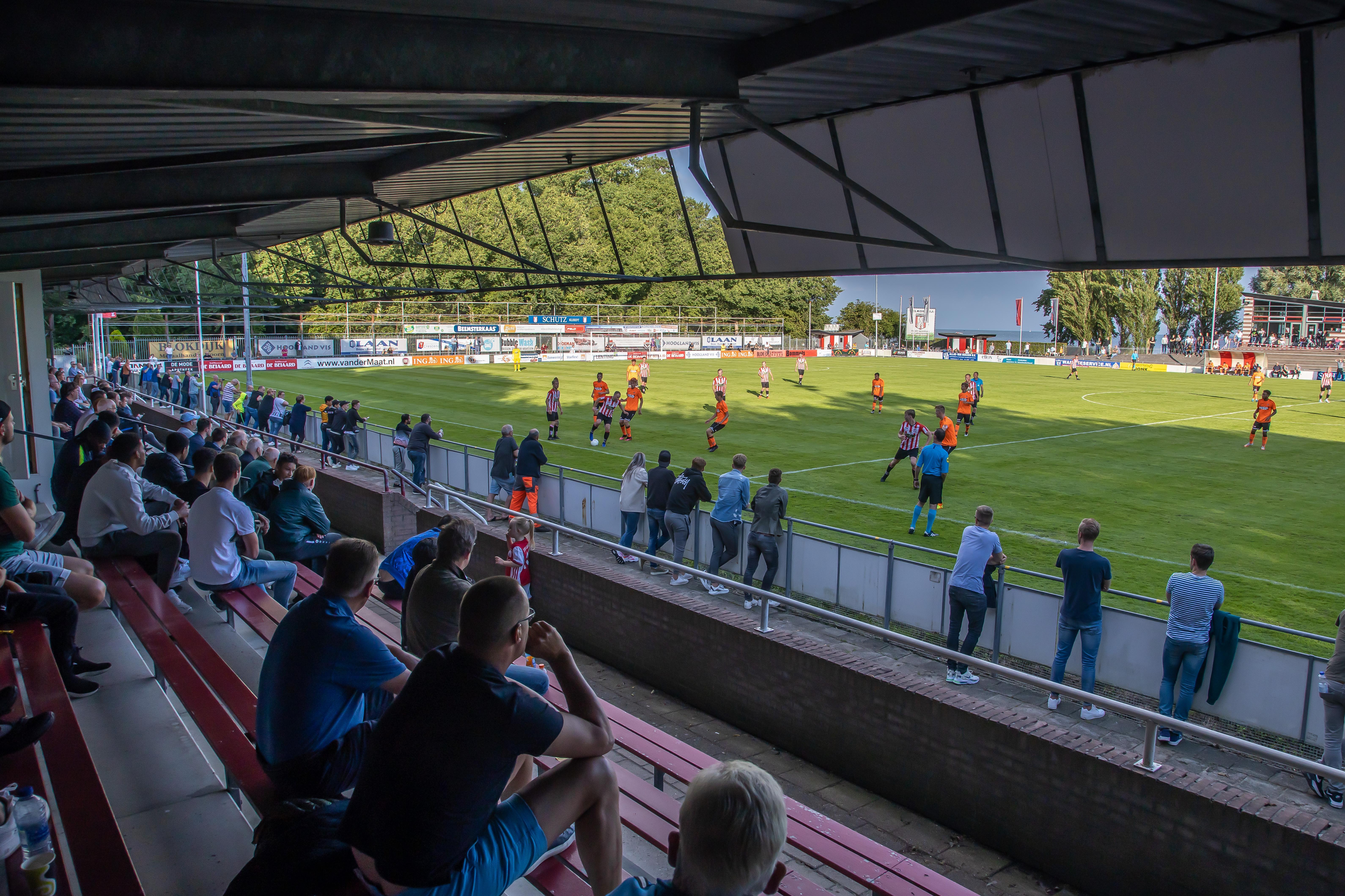Nog niet vlekkeloos langs de lijn bij eerste Noord-Hollands voetbalduel met publiek sinds coronacrisis