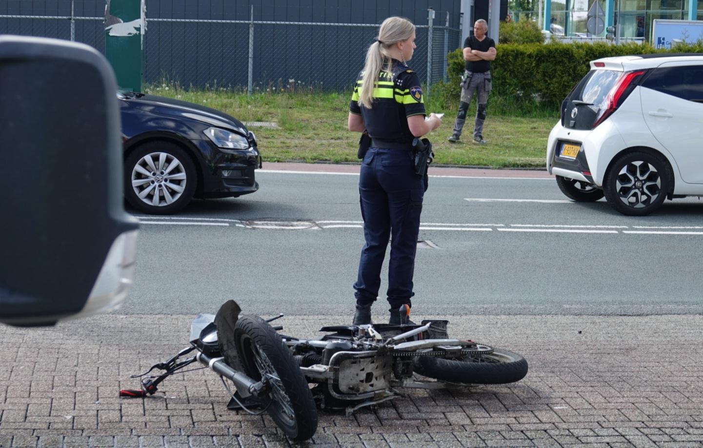 Brommerbestuurder naar ziekenhuis na botsing met bestelbus in Wormerveer
