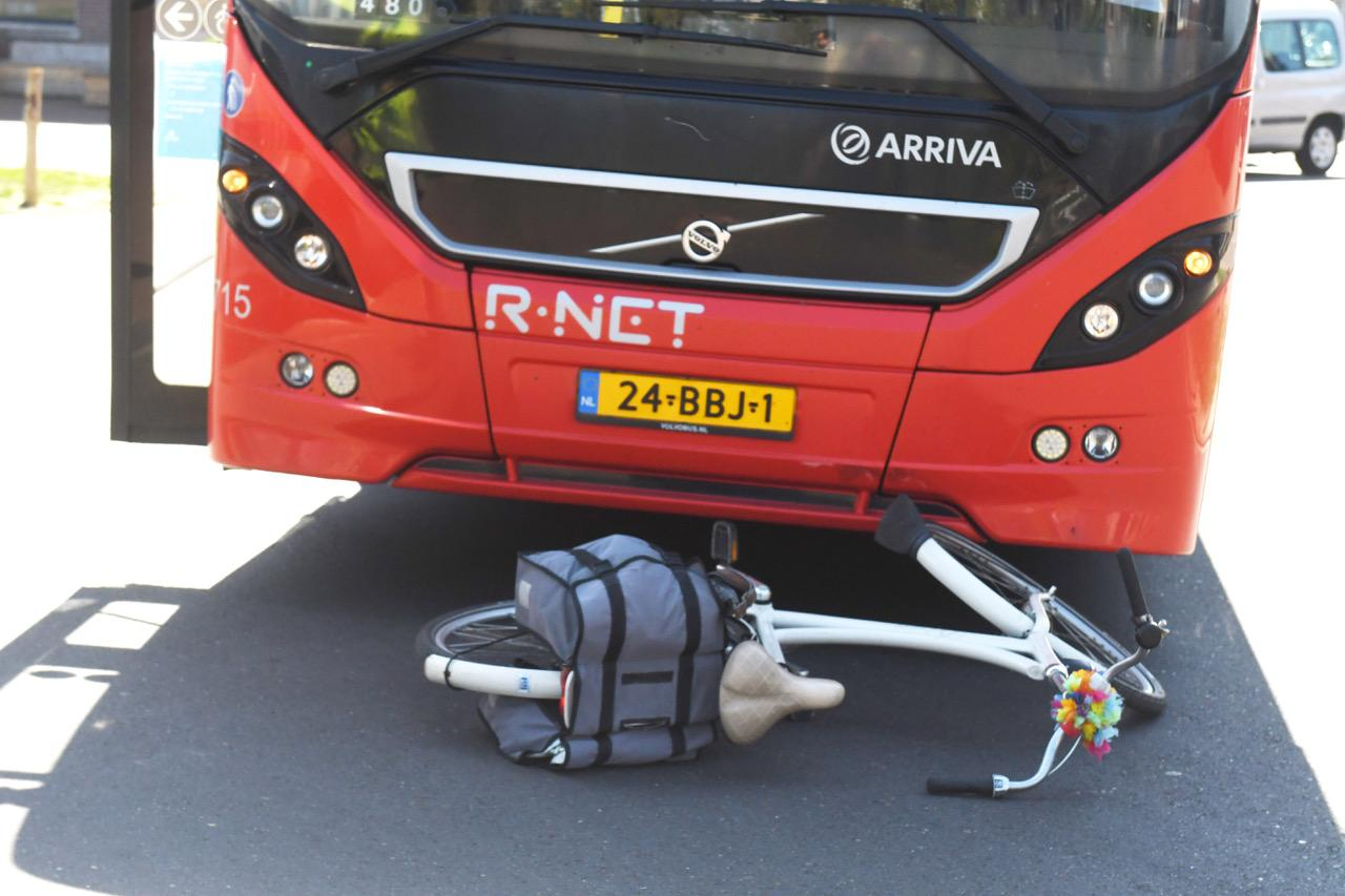 Fietsster gewond na botsing met lijnbus in Leiden