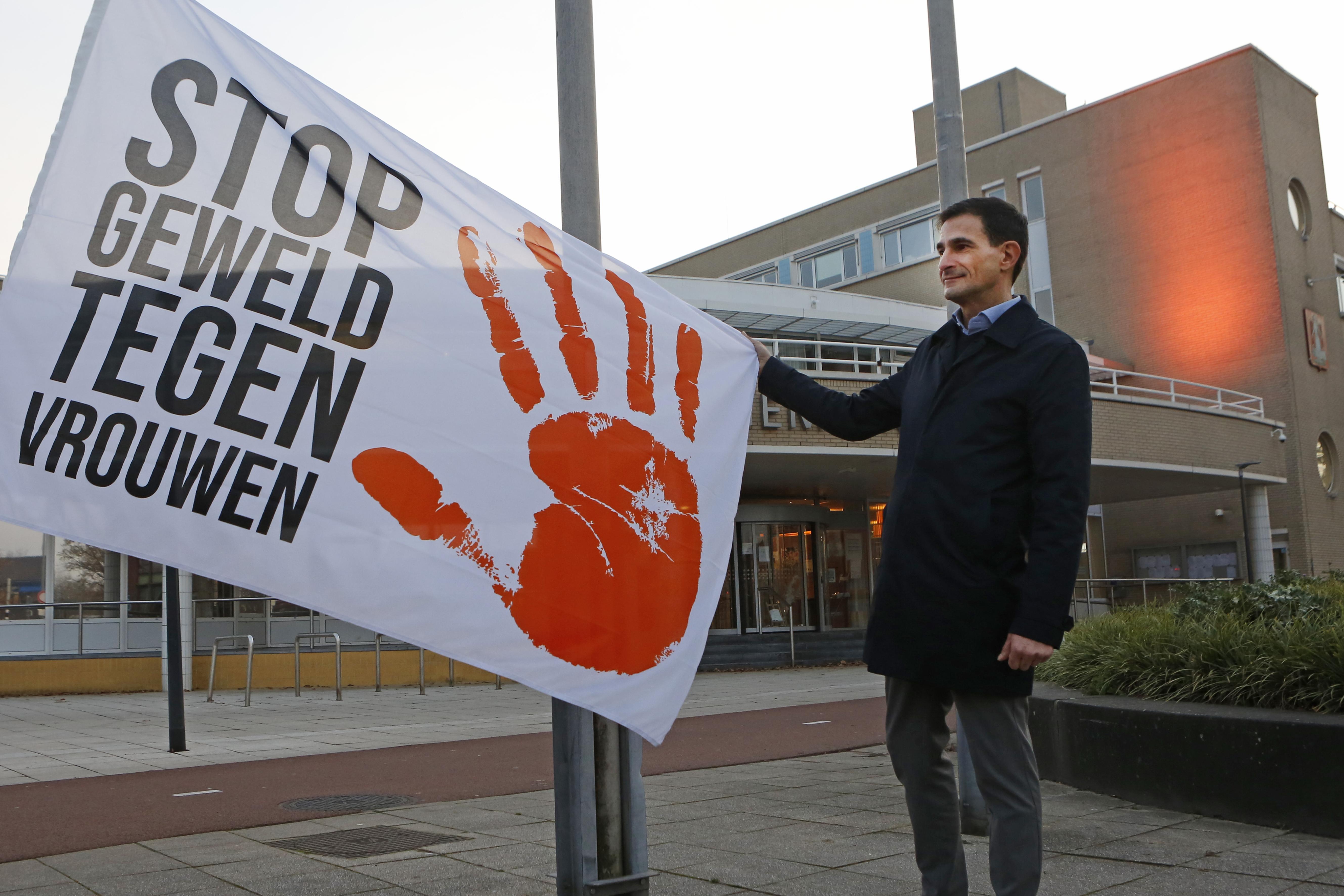 Stop geweld tegen vrouwen; Met het hijsen van vlaggen en het oranje kleuren van gebouwen start in Huizen en Hilversum de campagne OrangeTheWorld