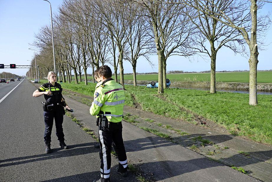 Automobilist verliest macht over het stuur op A7 bij Noordbeemster, bestuurder mee naar het ziekenhuis