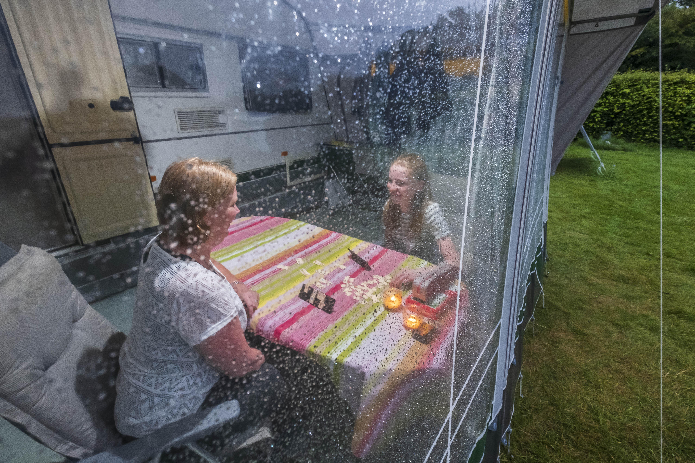 Karin en Ilona vermaken zich prima op de camping in Limmen