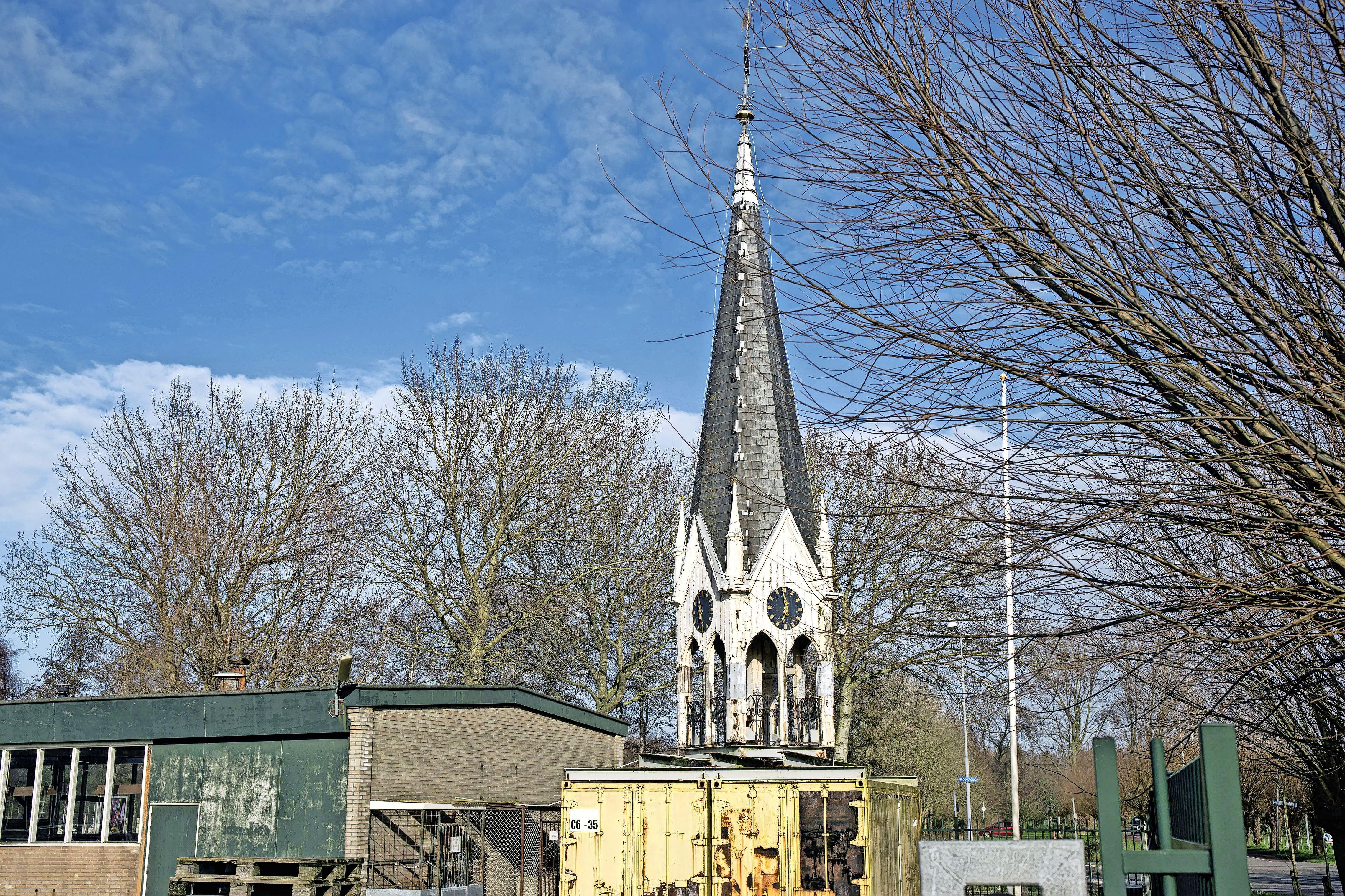 Het hing er nog heel erg om, maar oude torentje Haarlemse Deo-ziekenhuis krijgt tóch plek op kerk in Friese Vinkega